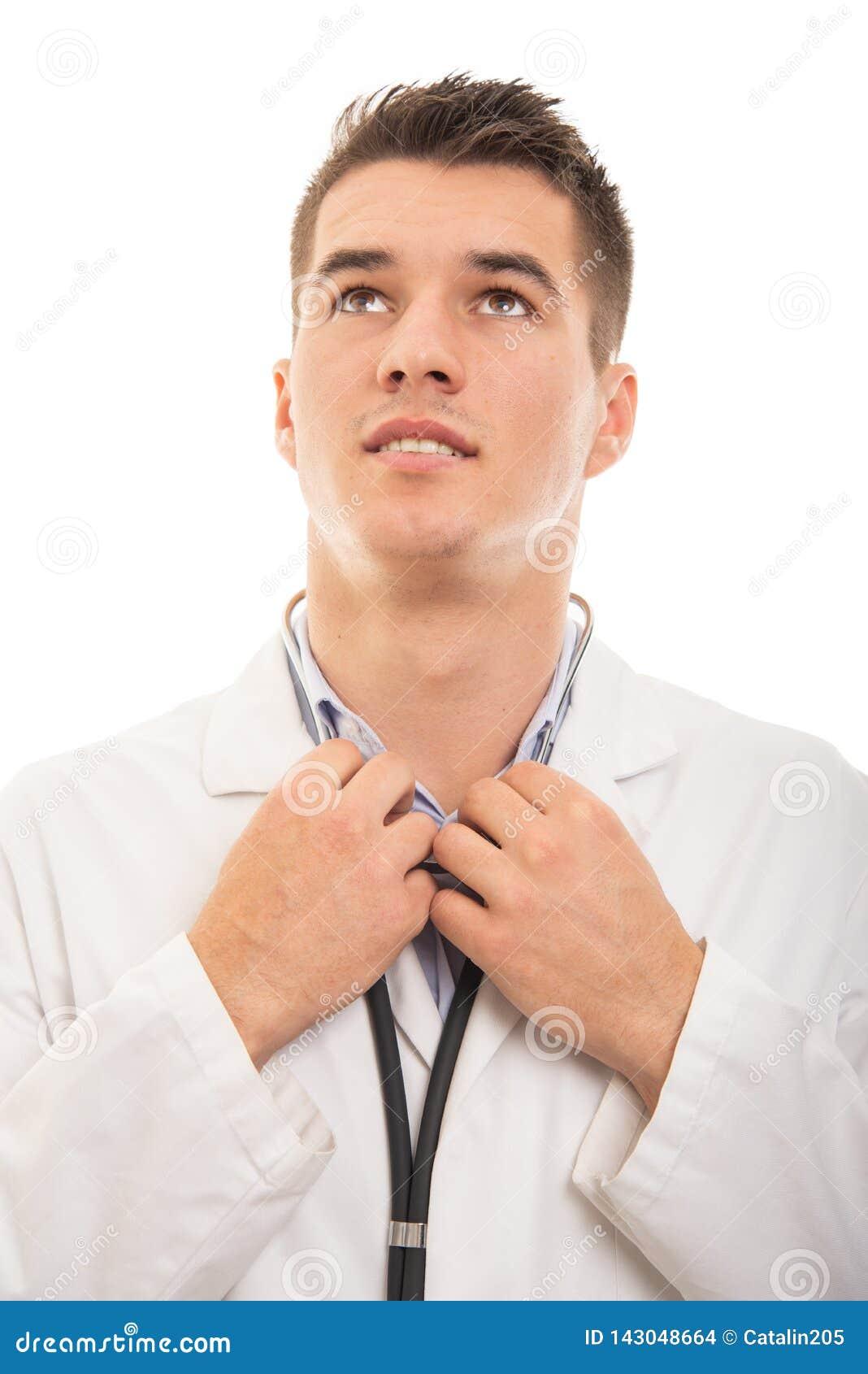 Stående av den unga stiliga doktorn som ordnar hans skjorta