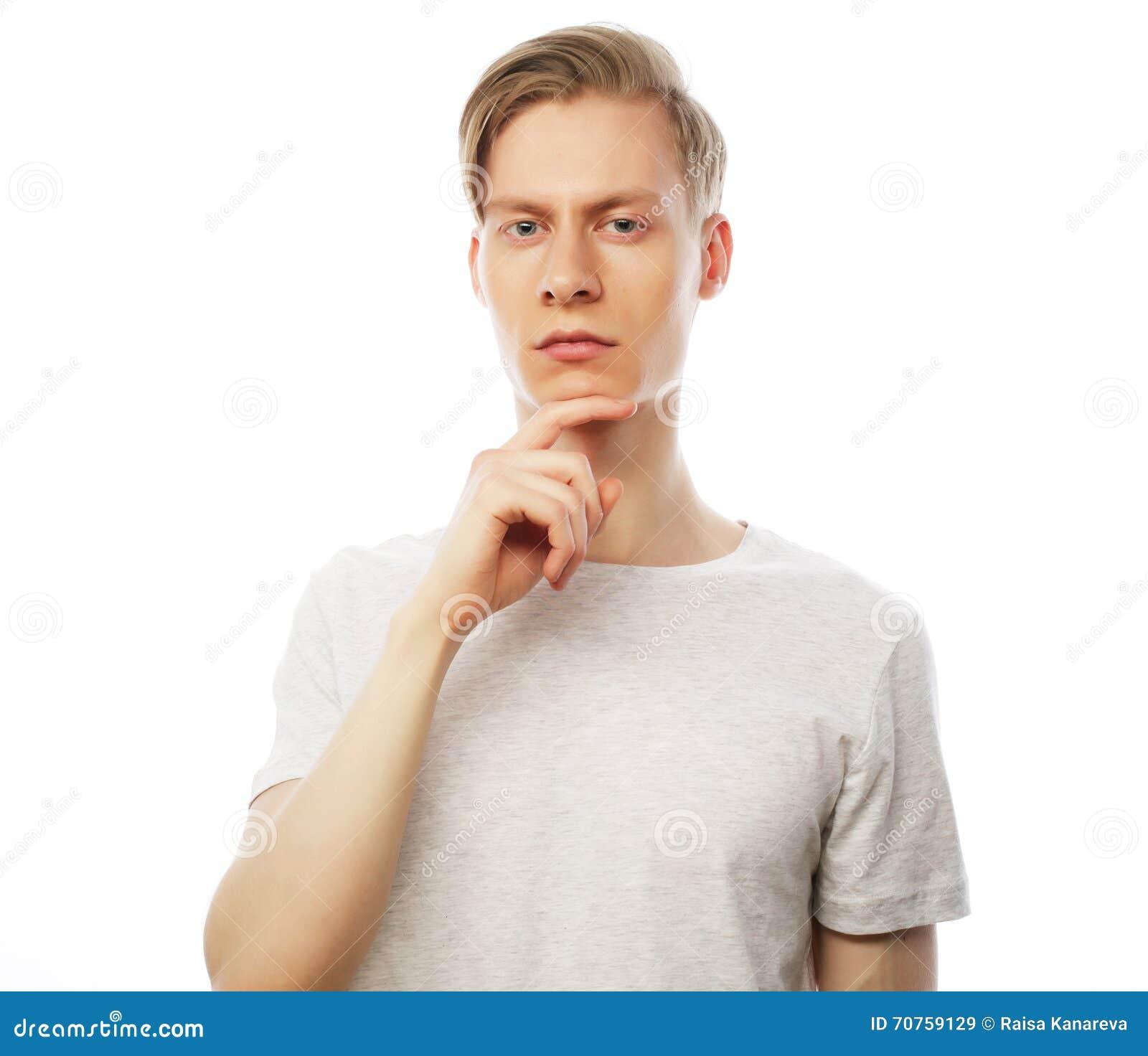 Stående av den unga tänkande mannen med den near framsidan för hand