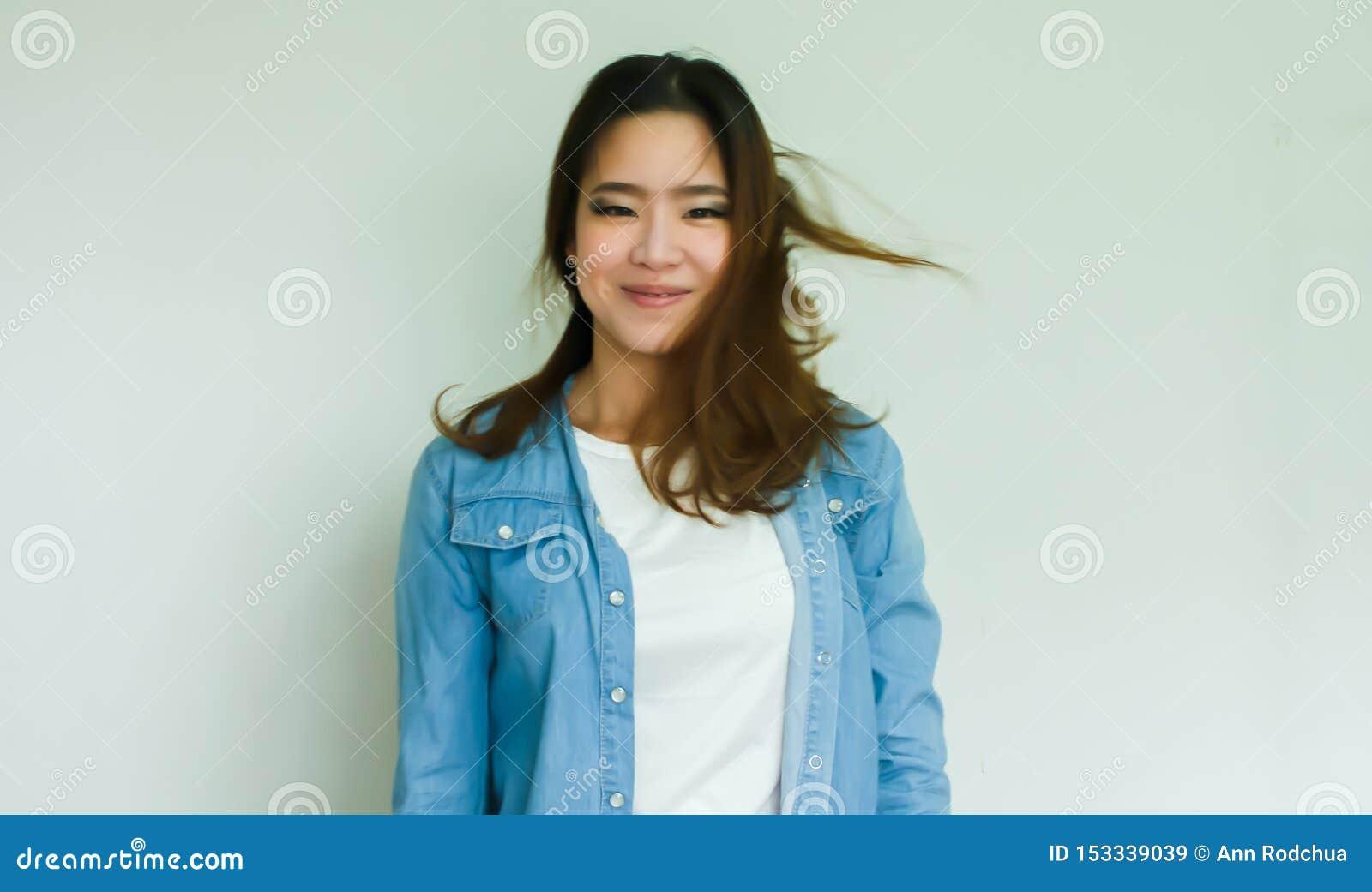 Stående av det bärande jeanomslaget för asiatisk kvinna