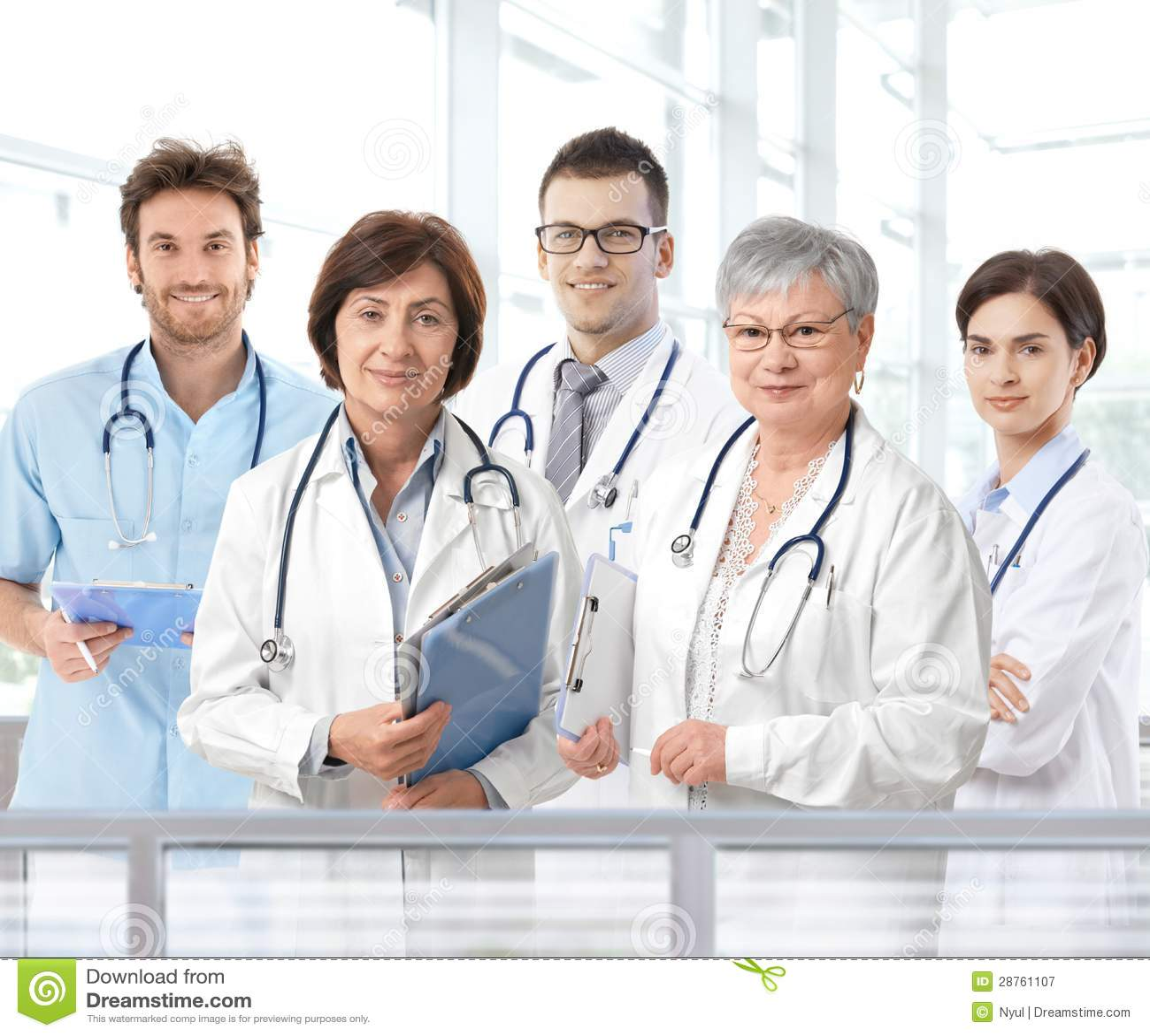 Stående av det blandade åldriga medicinska laget