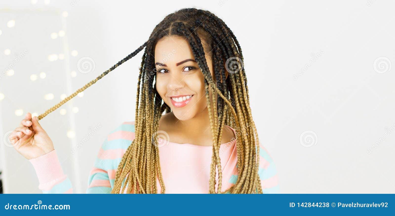Stående av det härliga positiva afrikansk amerikansvart kvinnaanseendet och roterande hårkopieringsutrymme