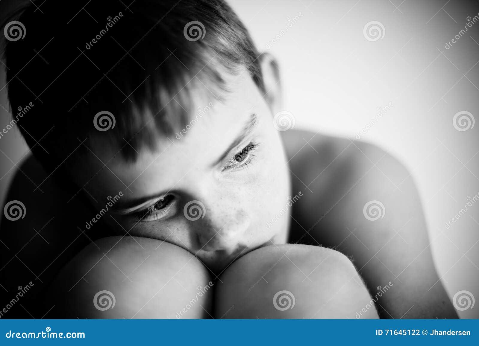 Stående av det otrygga huka sig ned barnet