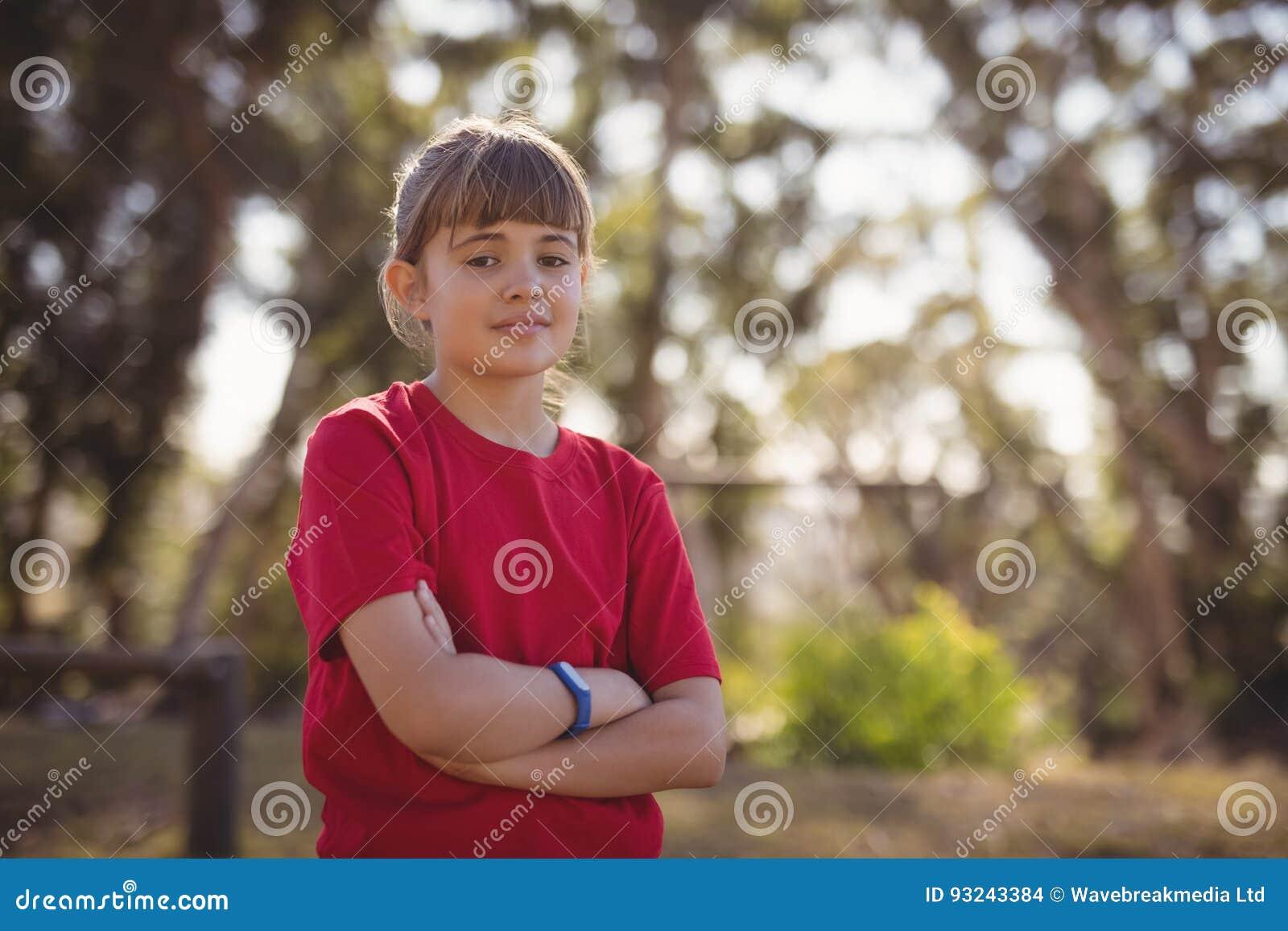 Stående av det säkra flickaanseendet med korsade armar