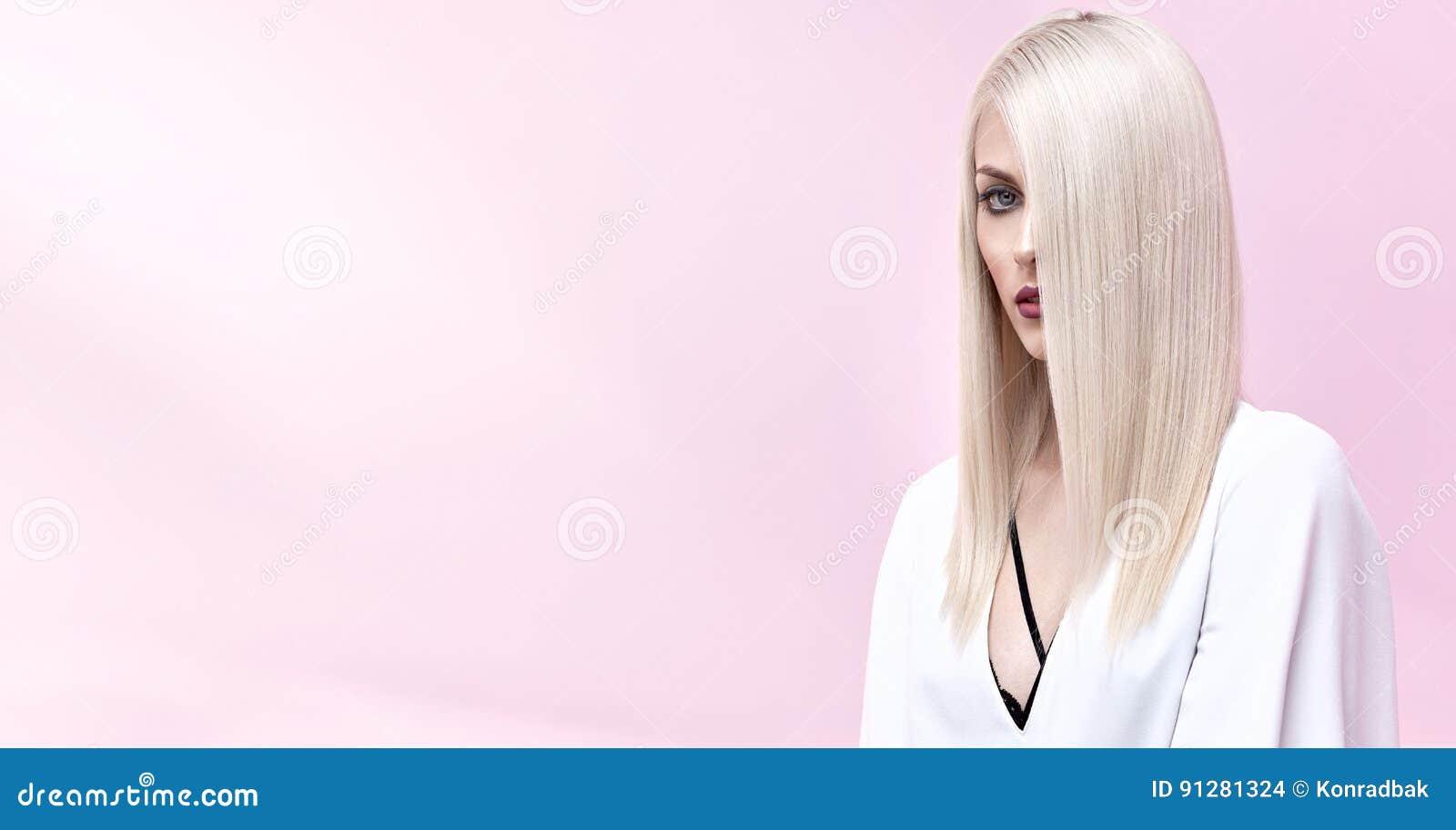 Stående av en elegant blond kvinna