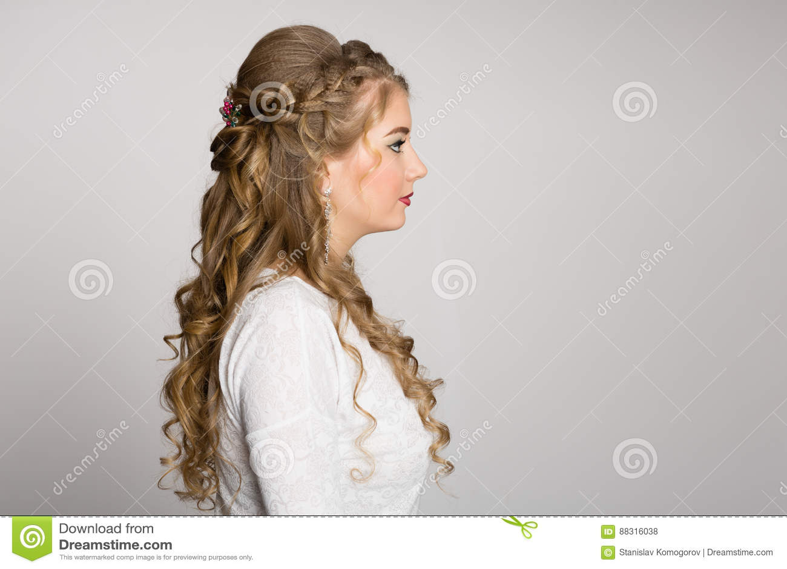 Stående av en flicka med en trendig frisyr i profil