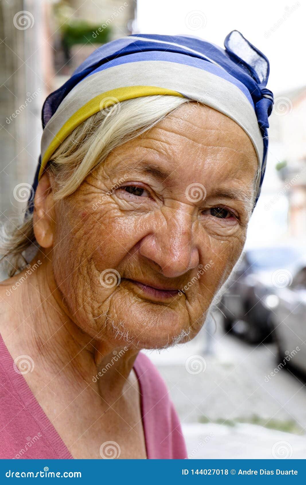 Stående av en gammal dam på gatorna av Armenien