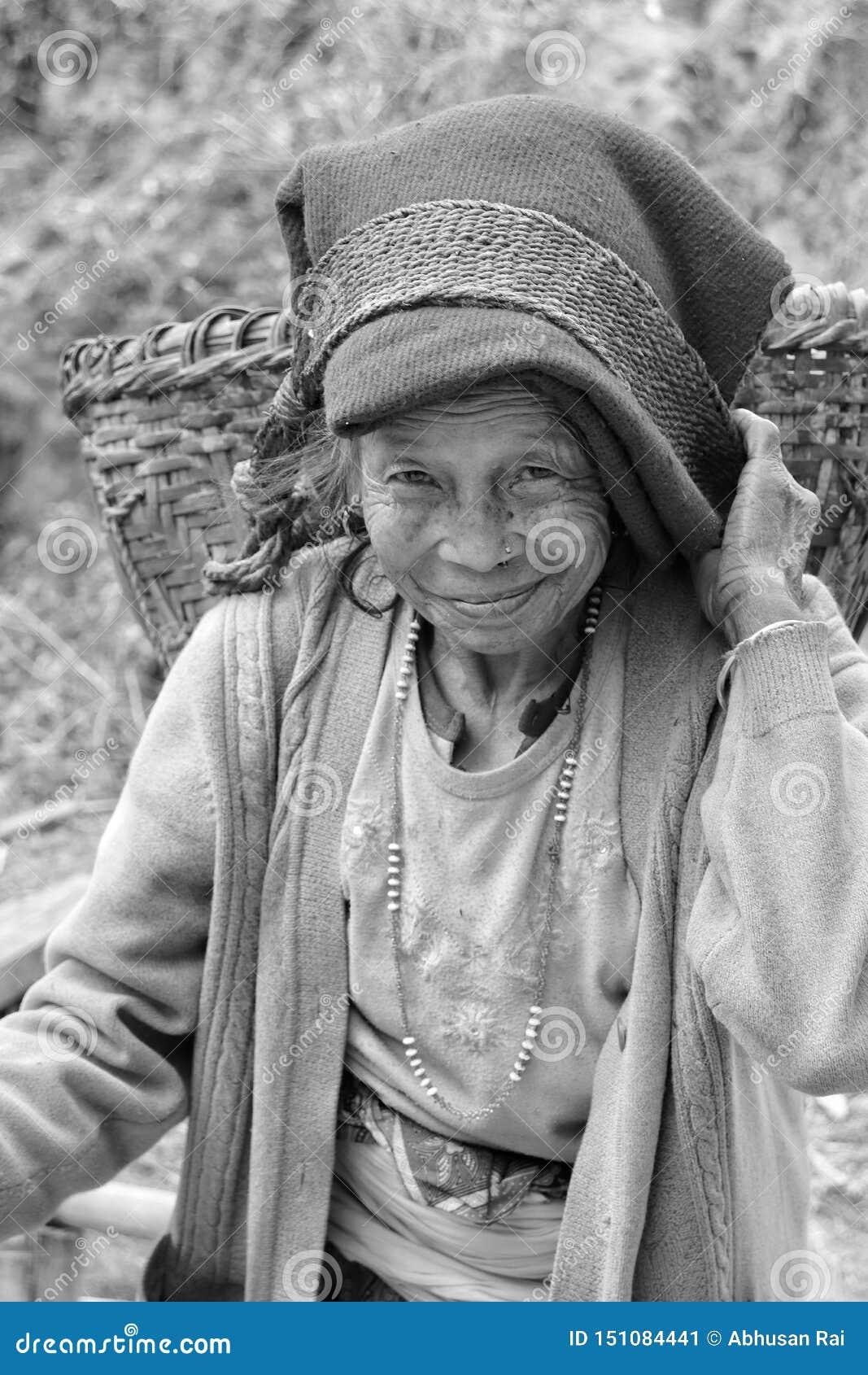 Stående av en gammal kvinna med bärande doko för härligt leende