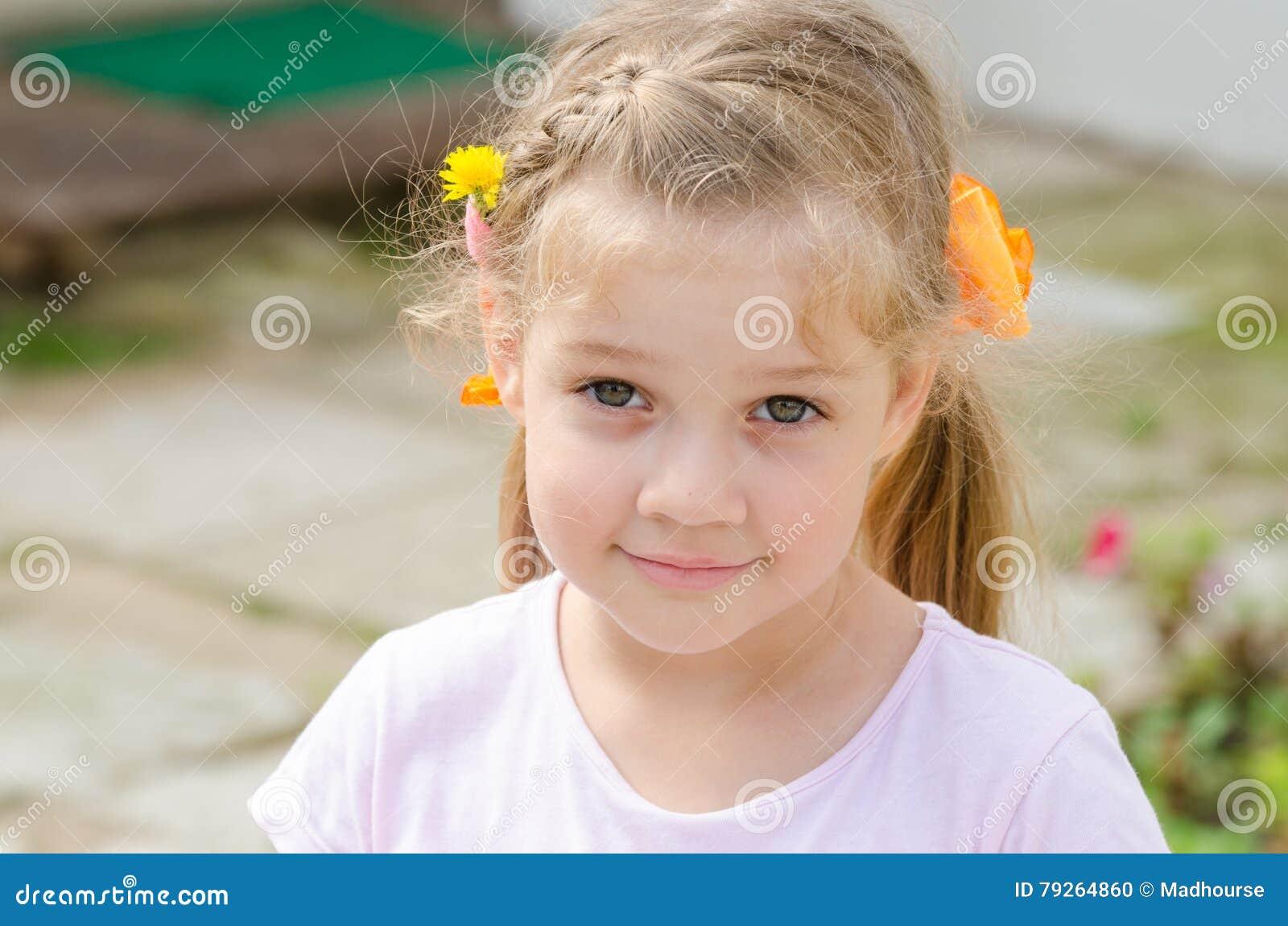 Stående av en gullig fyra-år flicka