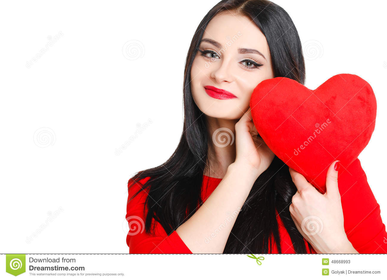 Stående av en härlig kvinna med röd hjärta i händer
