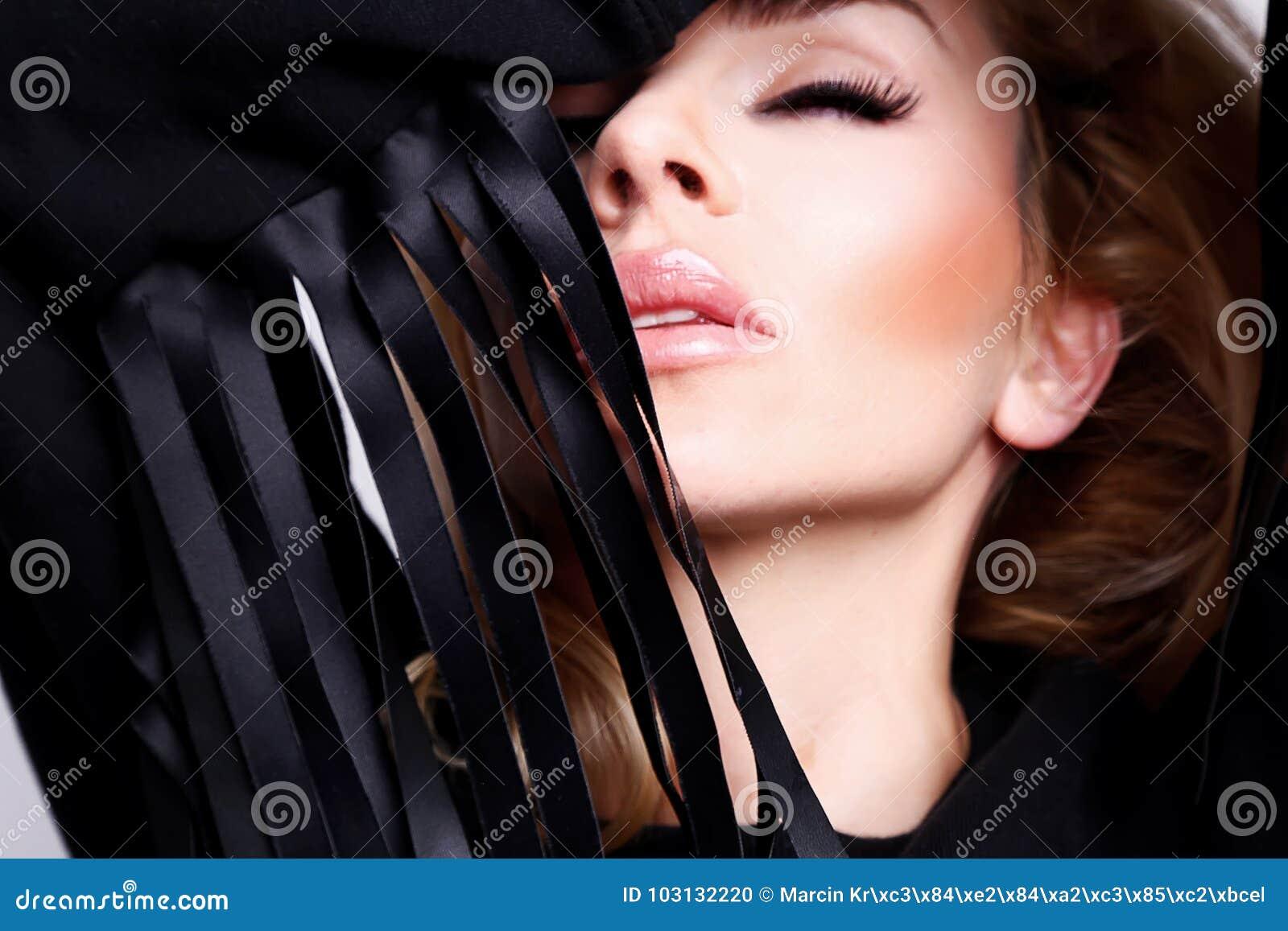 Stående av en härlig sexig kvinna med långt blont hår