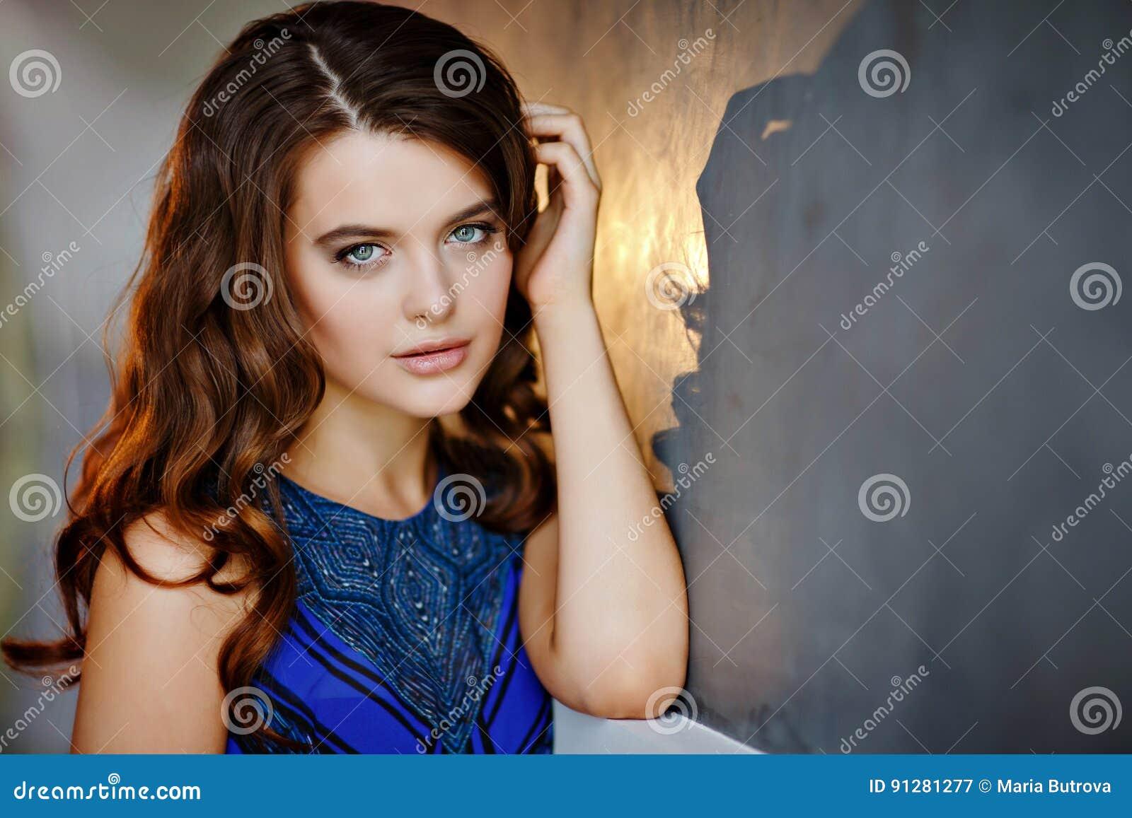 Stående av en härlig, sexig sinnlig flicka med härlig brunt