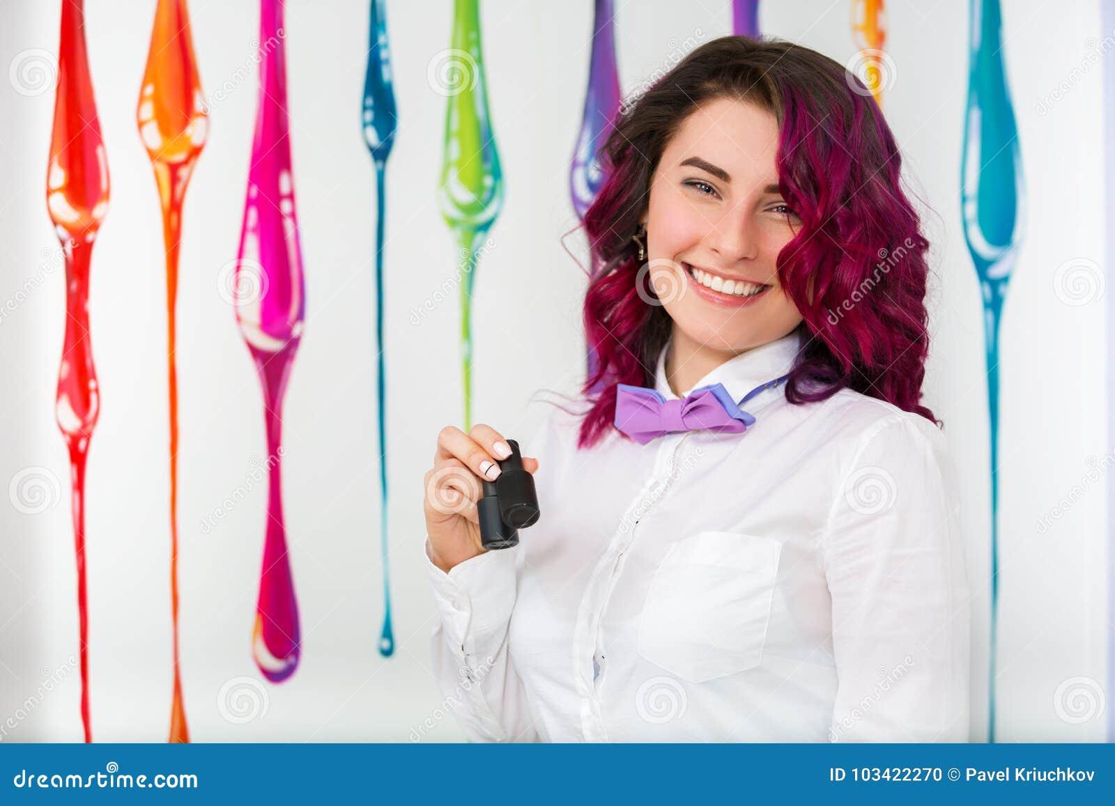 Stående av en härlig ung kvinna i en skönhetsalong manicurist
