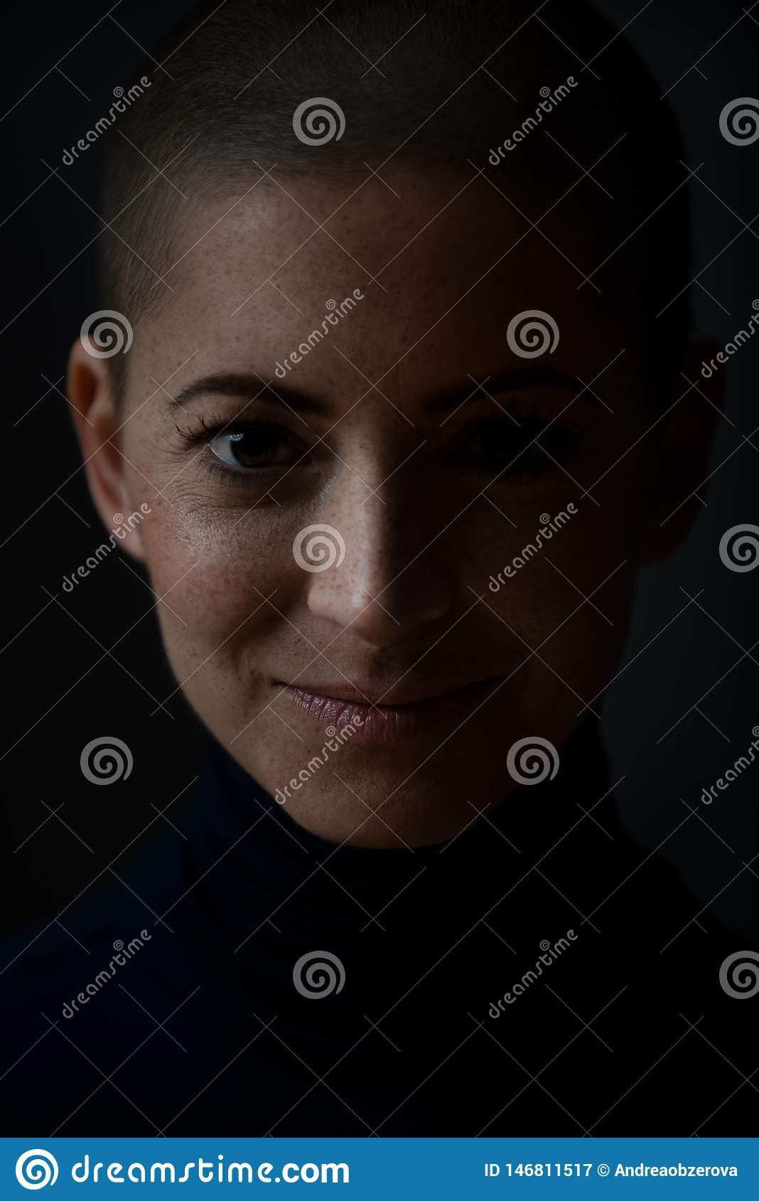 Stående av en härlig ung modig le kvinnlig cancerpatient, med det rakade huvudet Kvinna en cancerpatient, stående