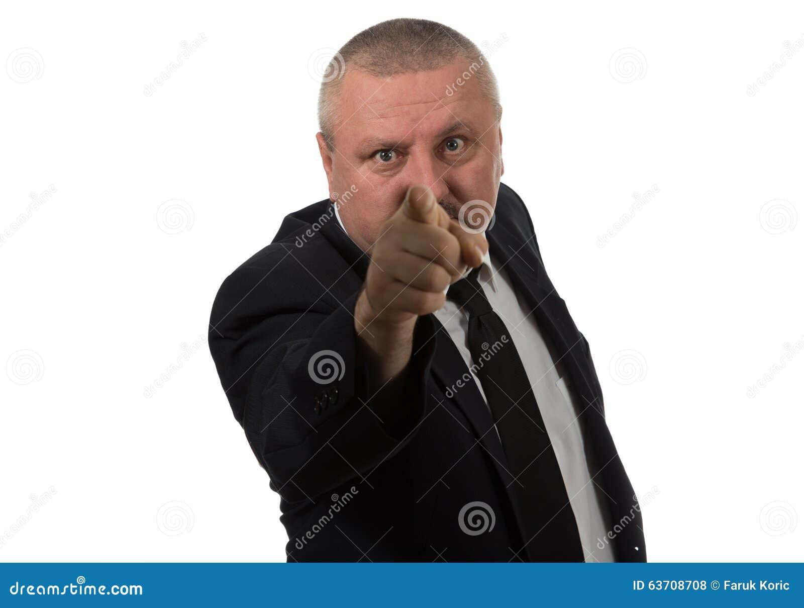 Stående av en ilsken mellersta åldrig affärsman i dräkt som pekar på dig