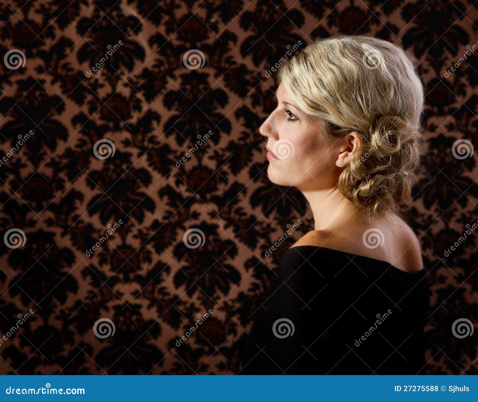 Stående av en kvinna i 30-tal eller 40-tal