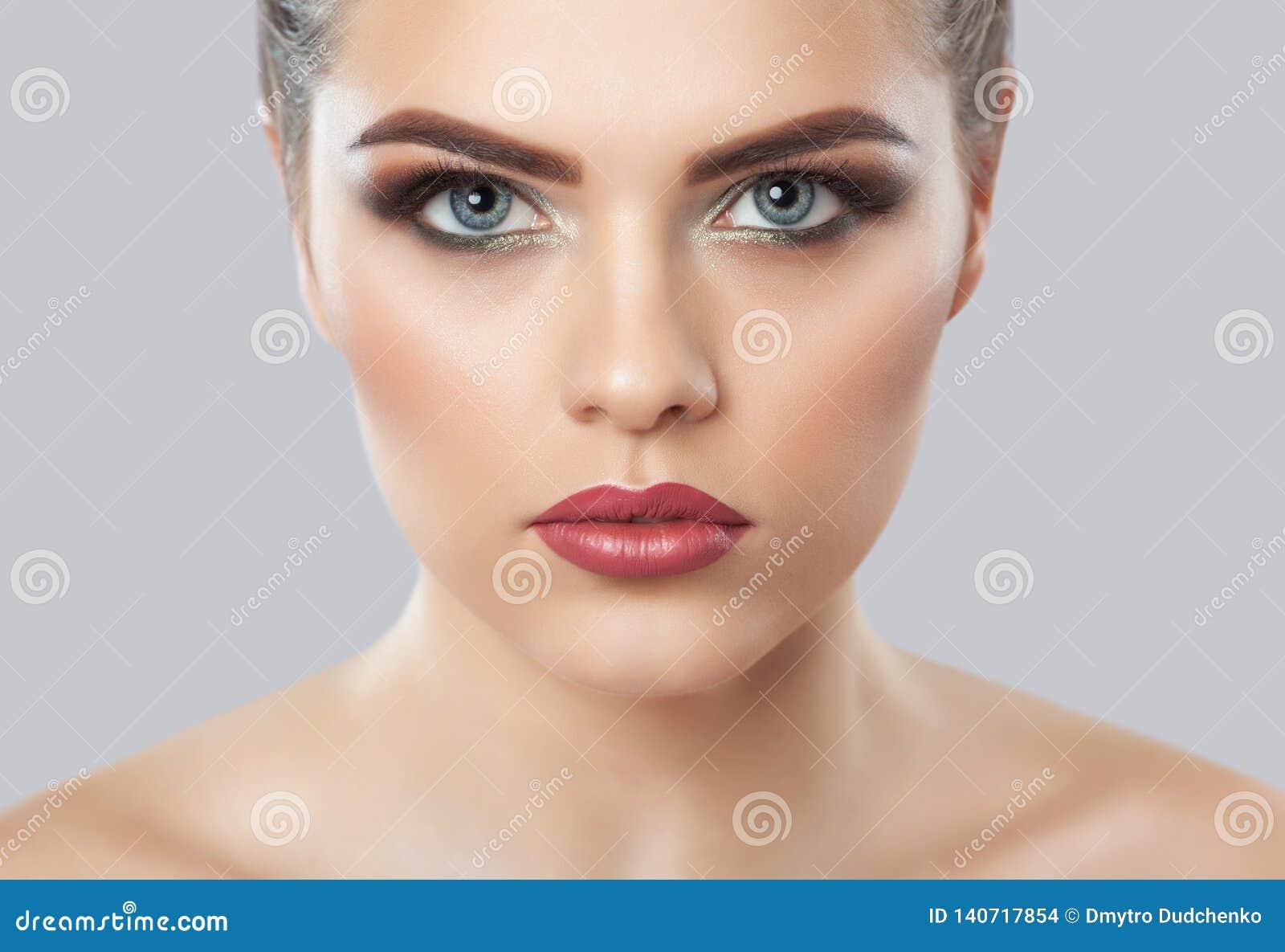 Stående av en kvinna med härligt smink Yrkesmässig makeup- och hudomsorg