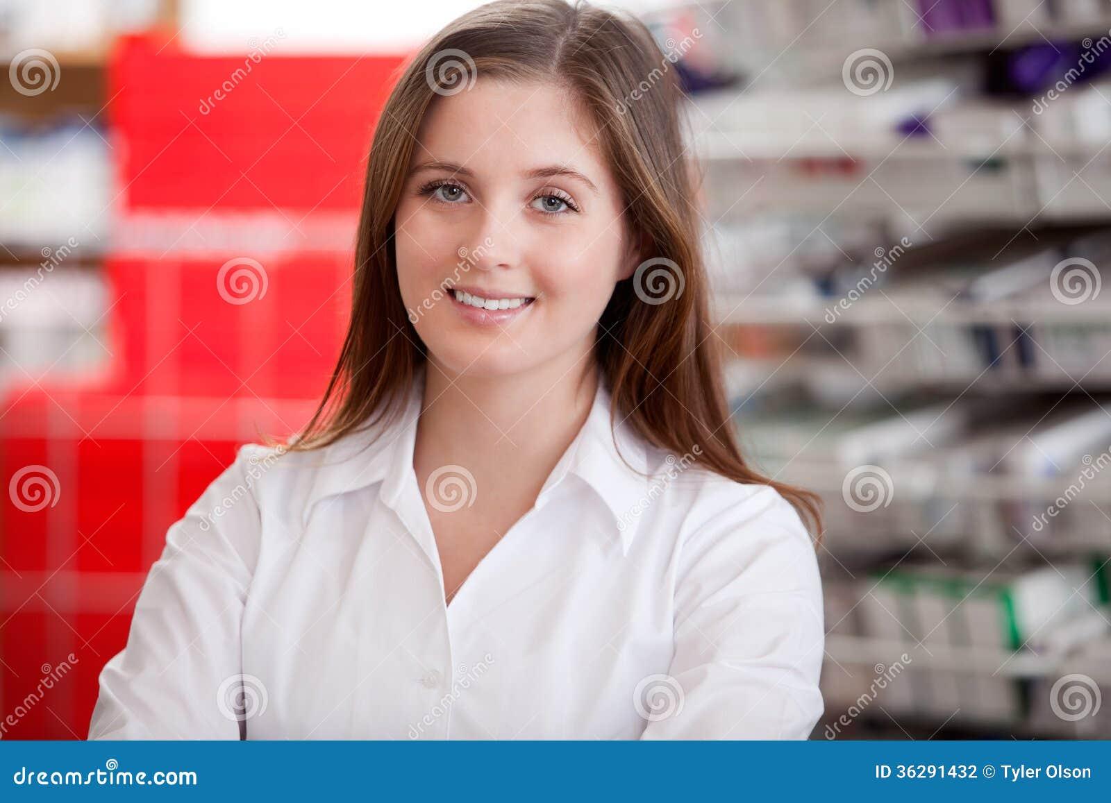 Stående av en kvinnlig apotekare At Pharmacy