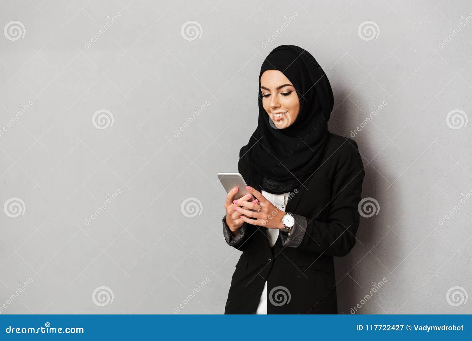 Stående av en le ung arabisk kvinna