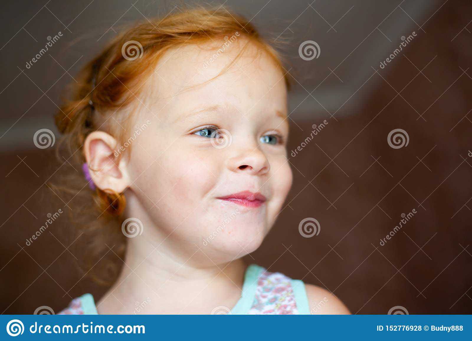 Stående av en lycklig skratta liten flicka för härlig rödhårig man
