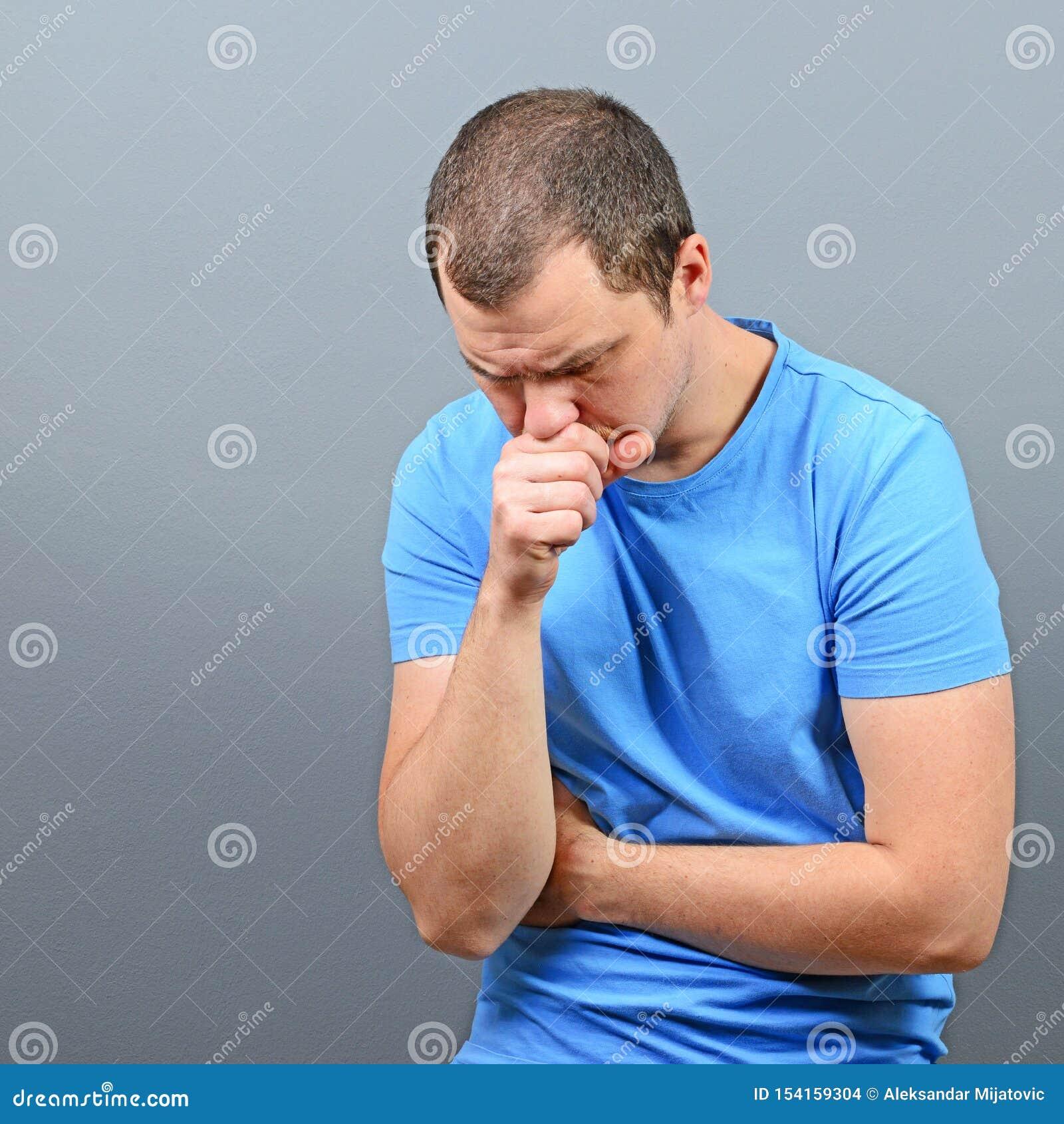 Stående av en man som lider från kroniskt hosta