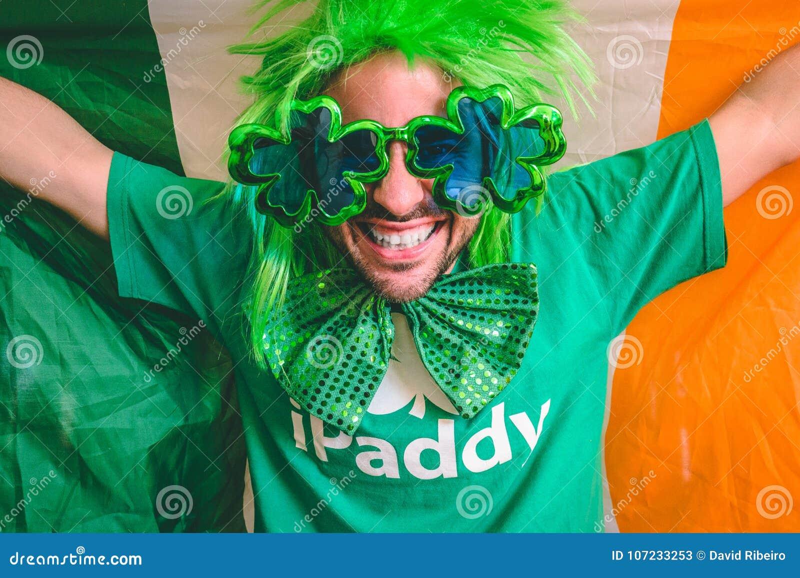 Stående av en man som rymmer den irländska flaggan