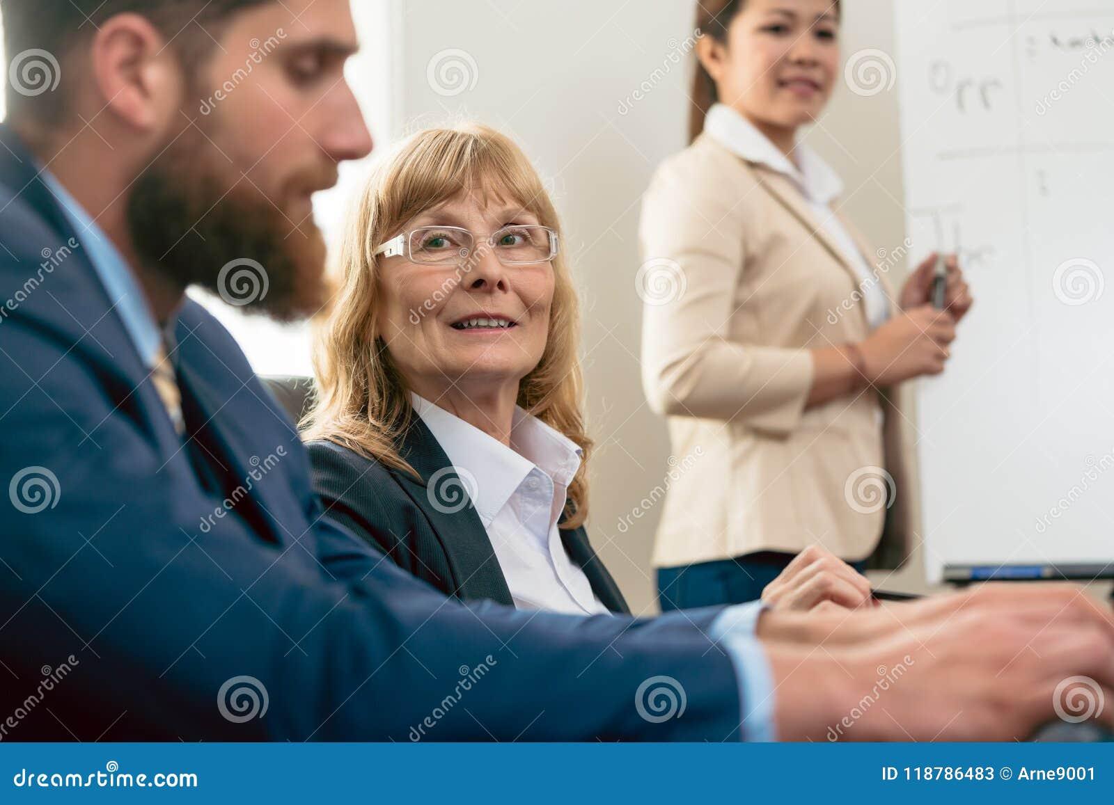 Stående av en medelålders kvinna under affärsmöte