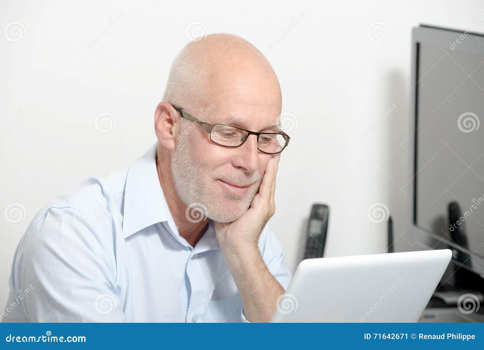 Stående av en medelålders man med en digital minnestavla