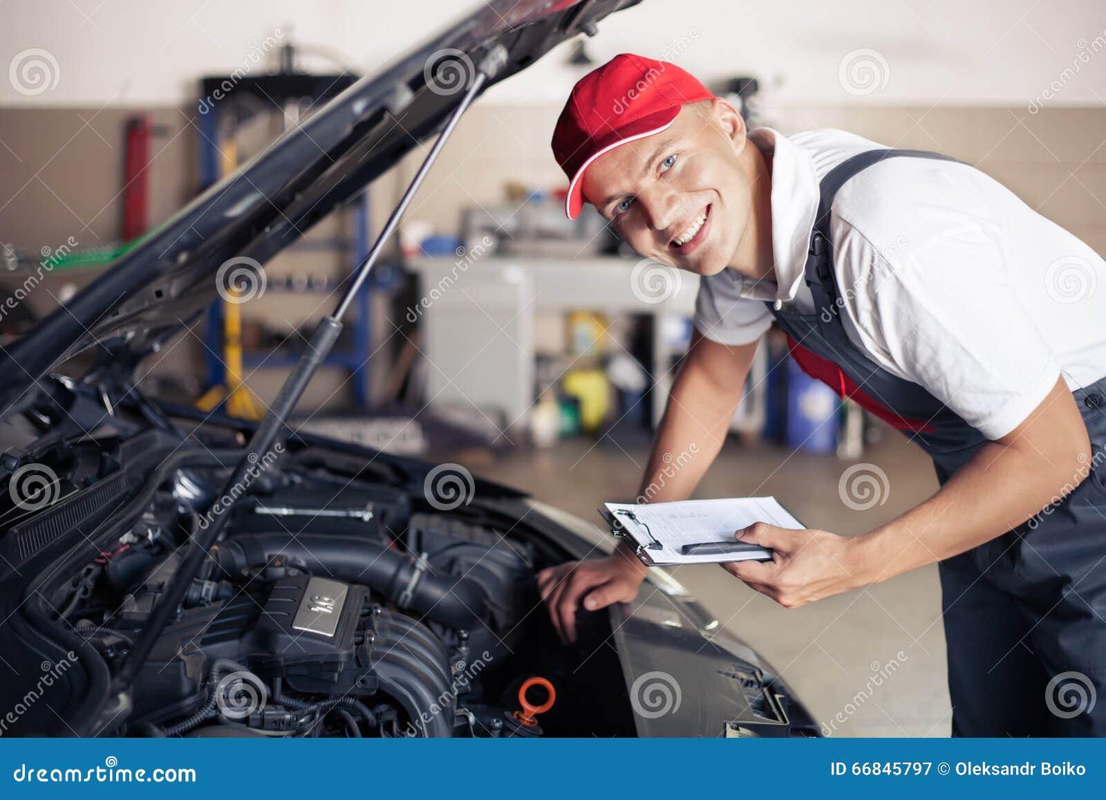 Stående av en mekaniker