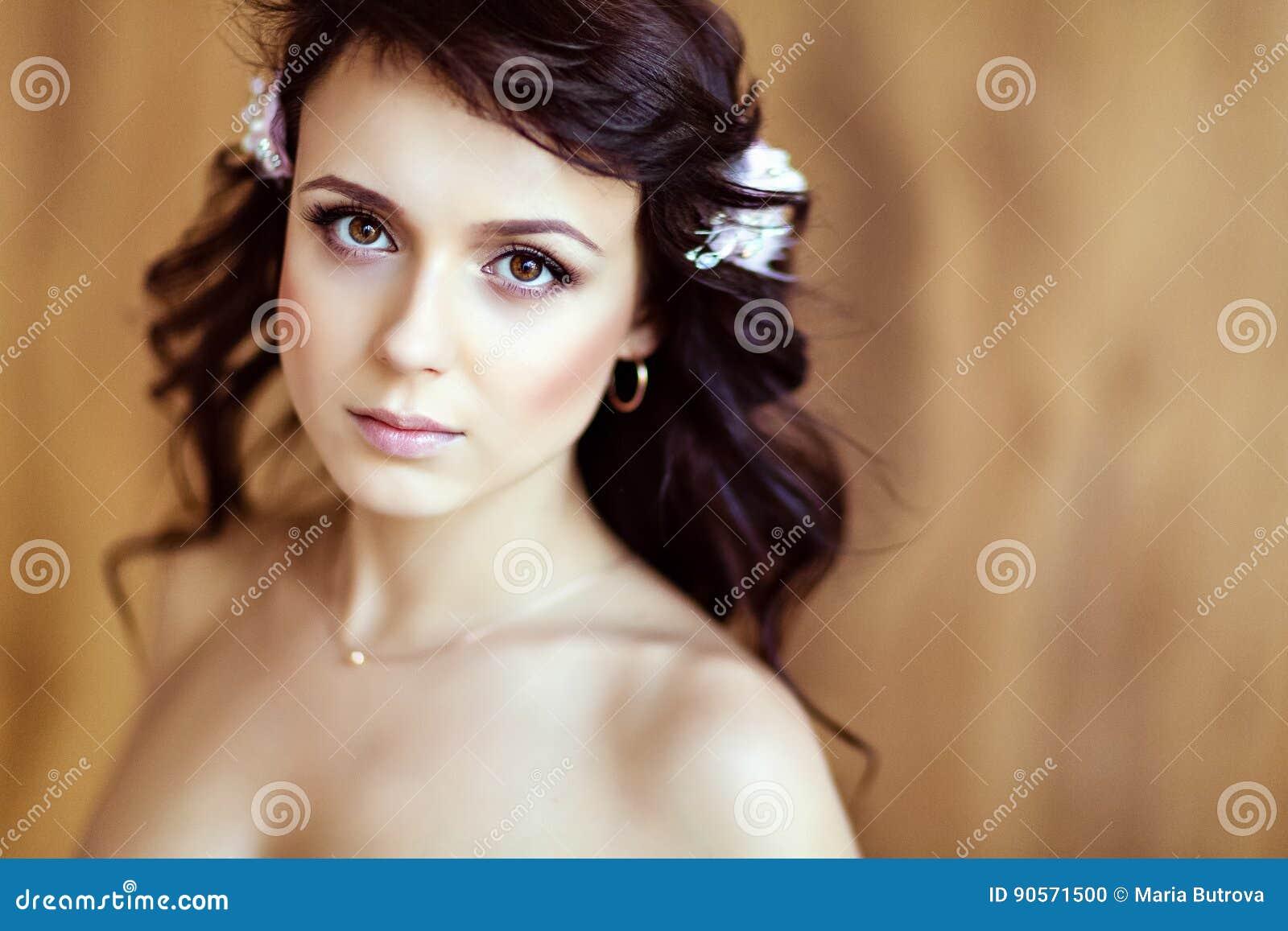 Stående av en mycket gullig sinnlig härlig flickabrunett med wa