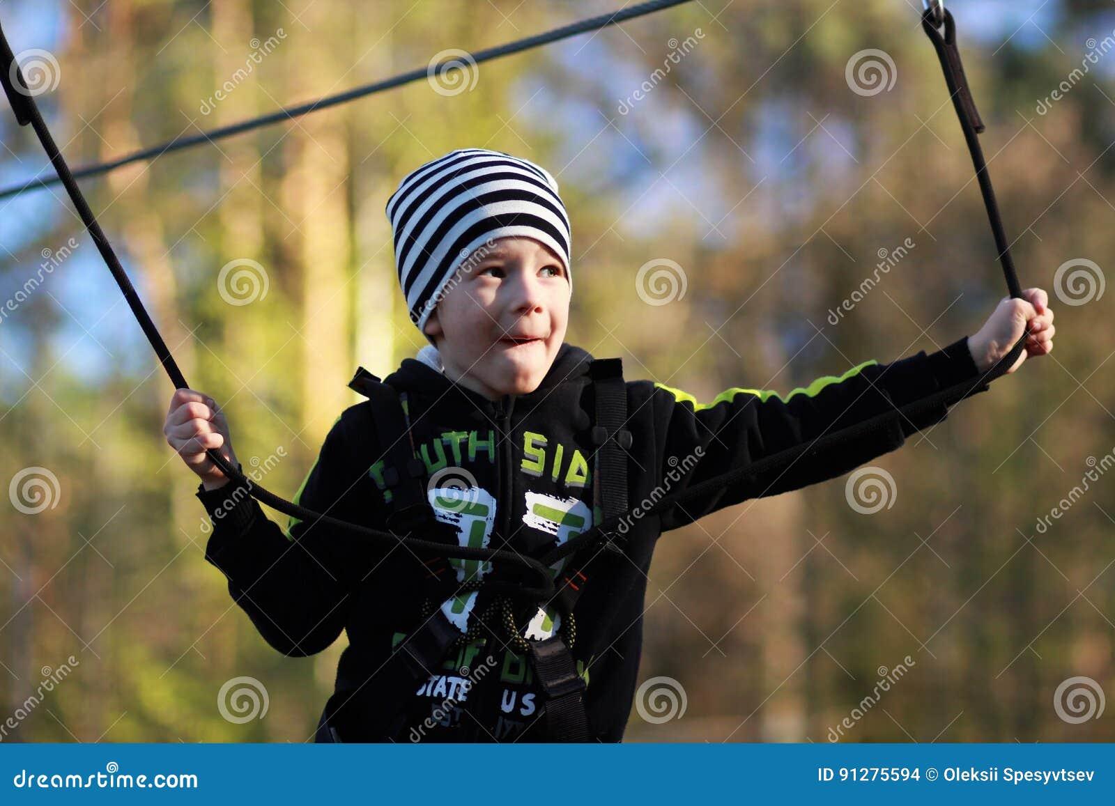 Stående av en pojke som övervinner hinder