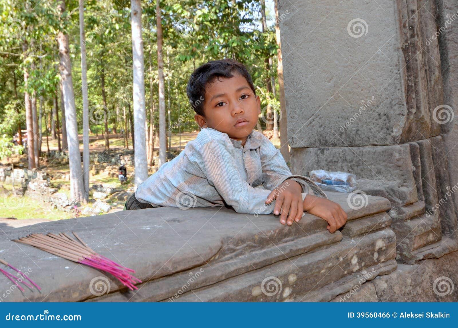 Stående av en pojke som säljer rökelsepinnar