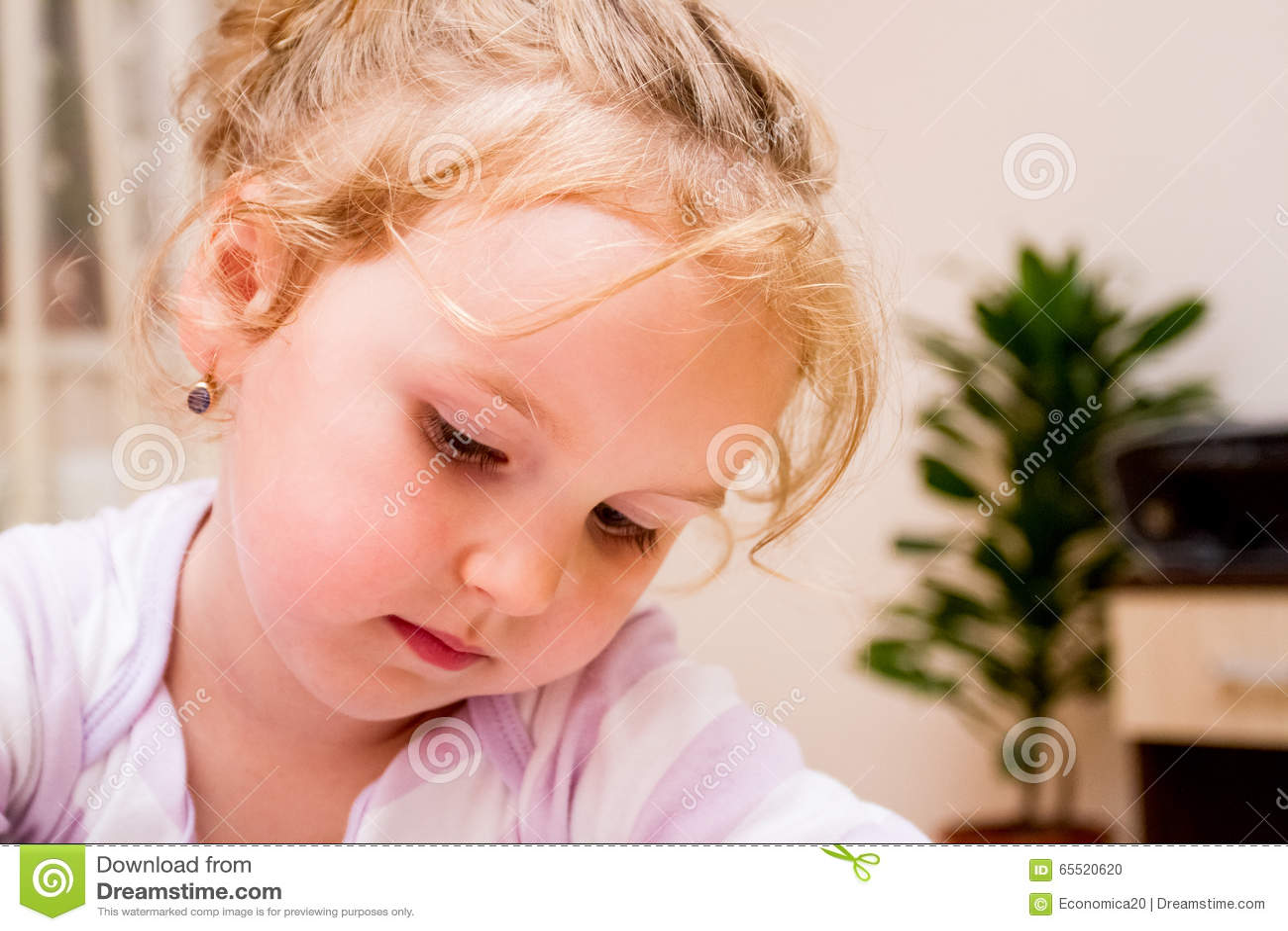 Stående av en söt liten flicka