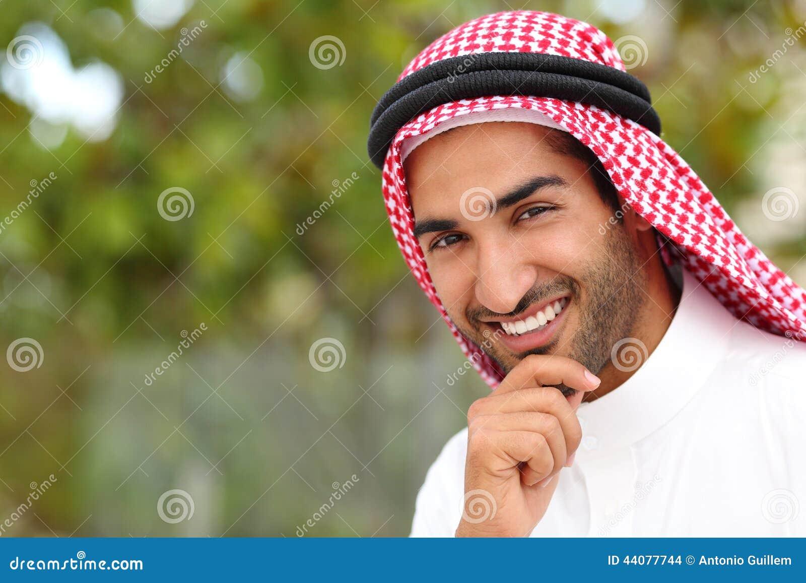 Stående av en stilig arabisk saudieremiratman