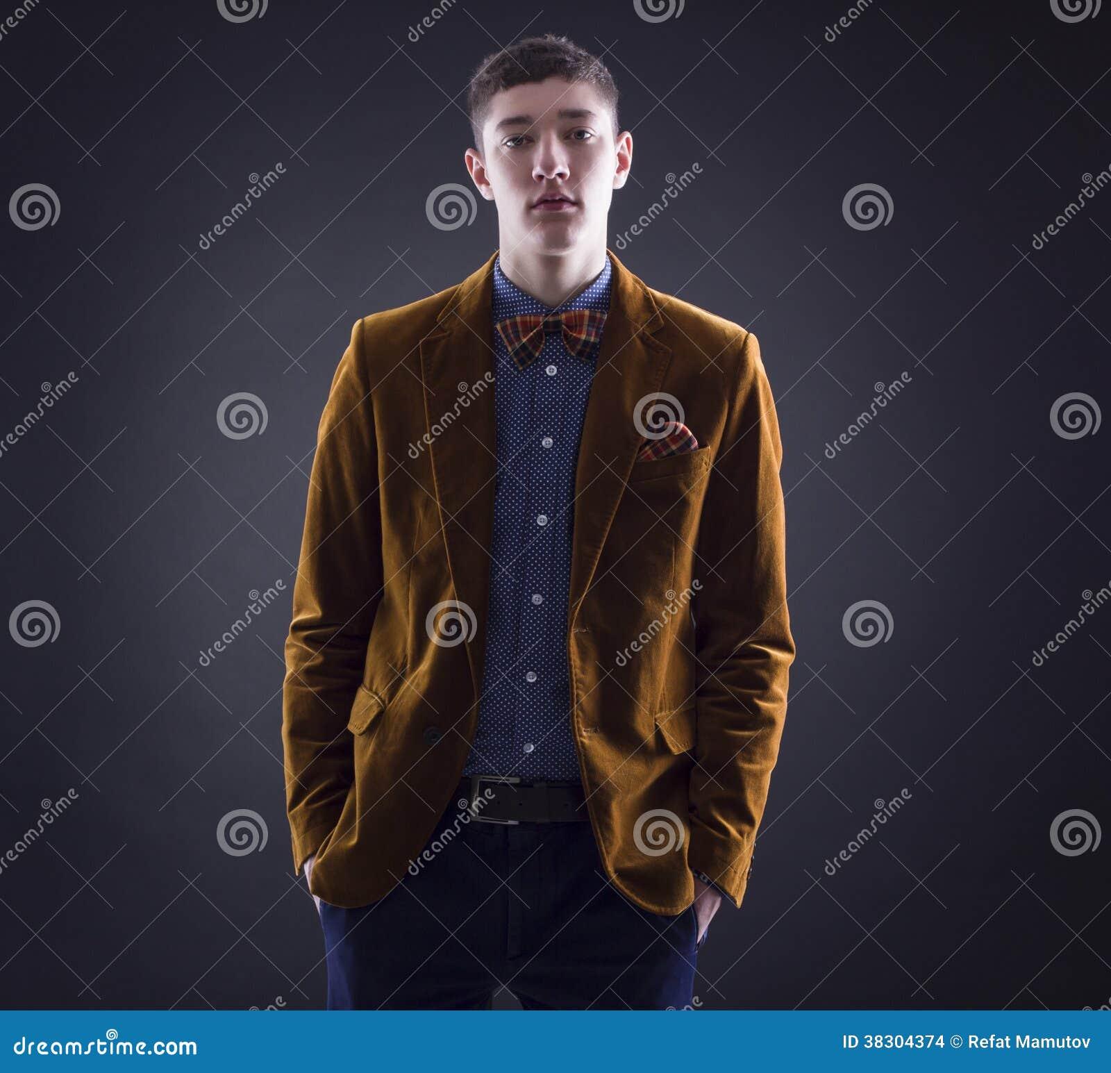 Stående av en stilig ung man