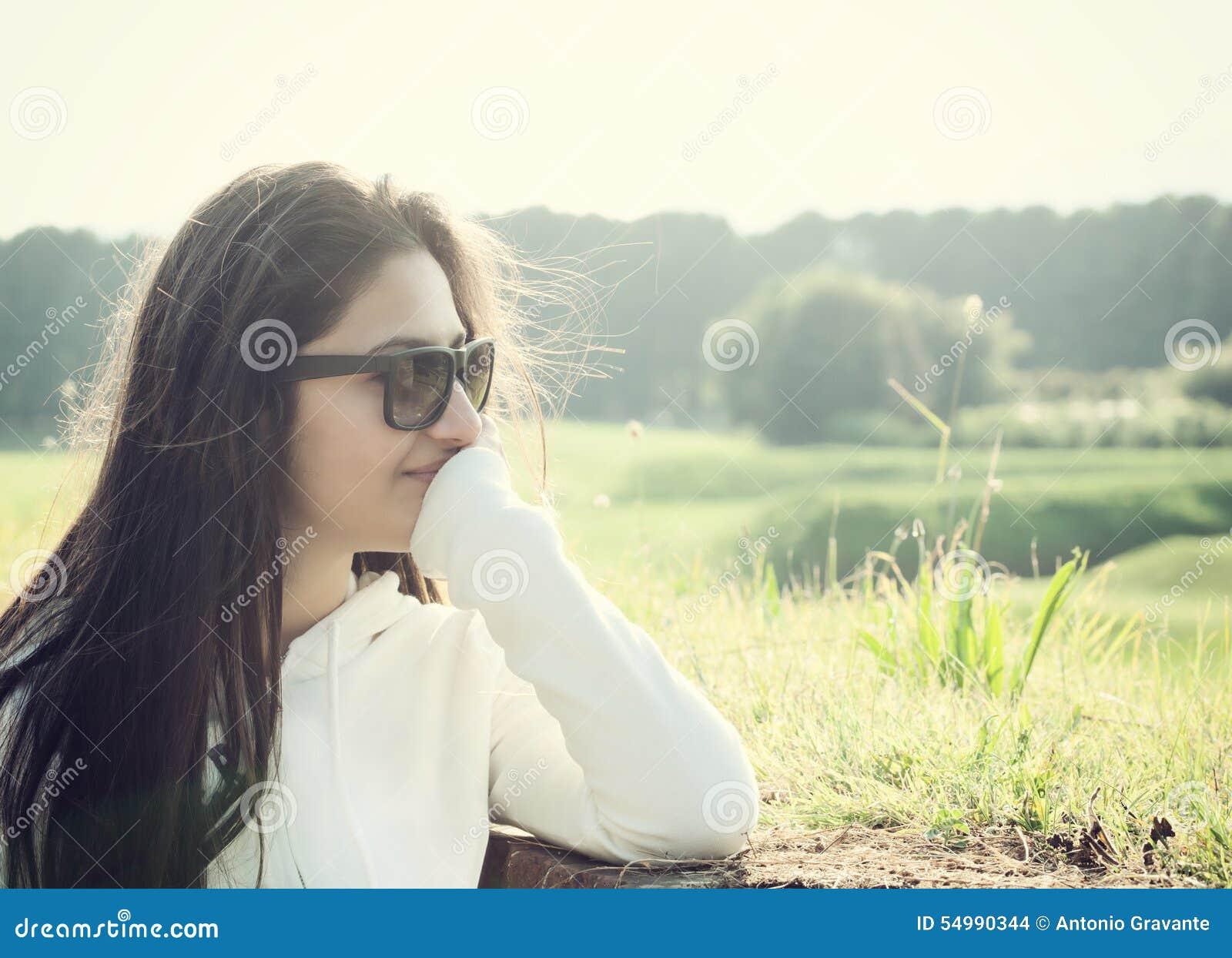 Stående av en tonåring med solglasögon