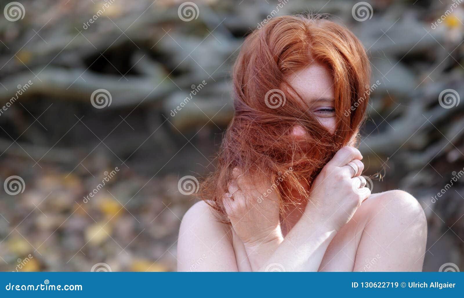 Stående av en ung älskvärd räv-haired flicka med fria skuldror, härlig sexig attraktiv brännhet kvinna, ingefära, rödhårig man