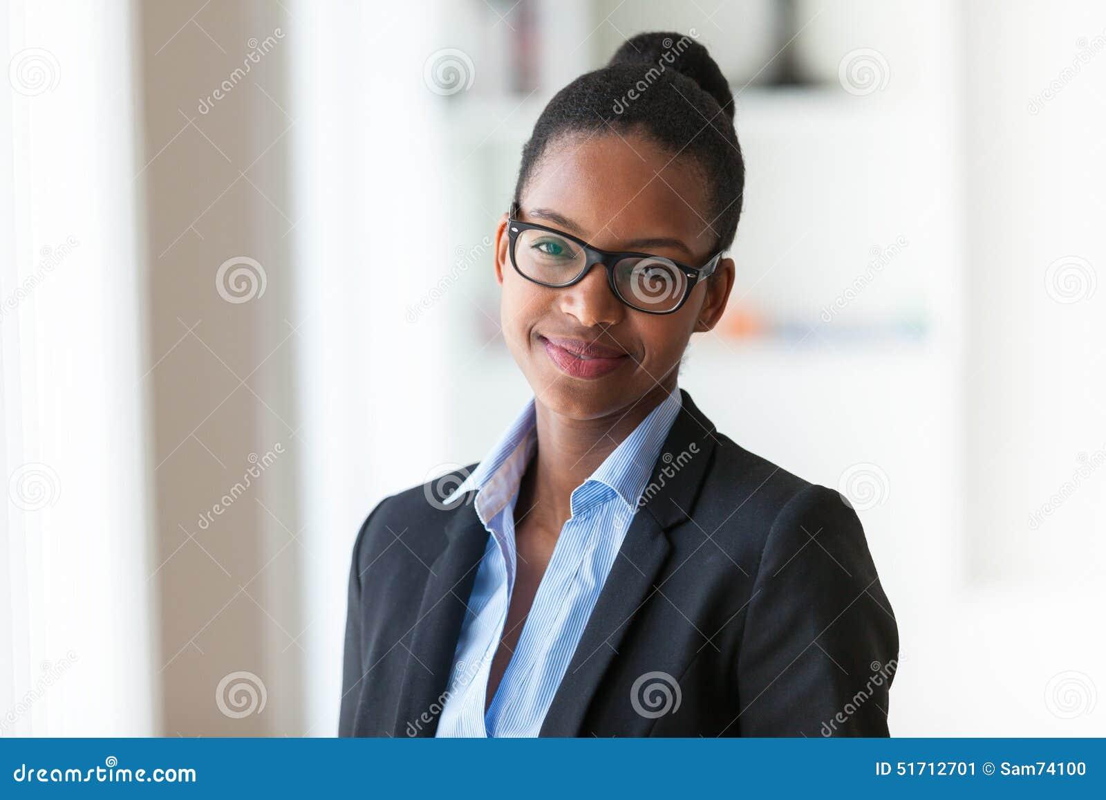 Stående av en ung afrikansk amerikanaffärskvinna - svart peop