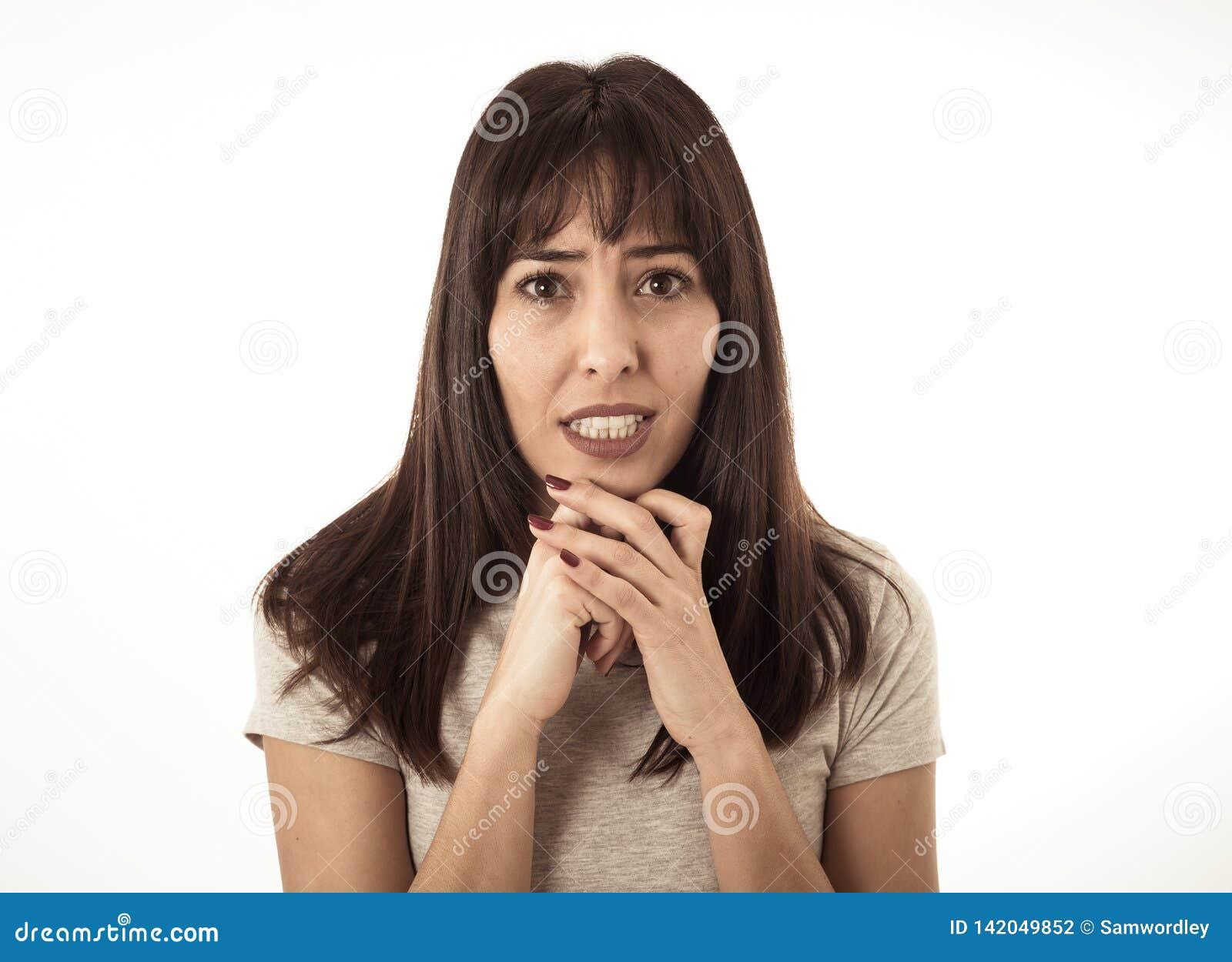 Stående av en ung attraktiv kvinna som ser skrämd och chockad Mänskliga uttryck och sinnesrörelser