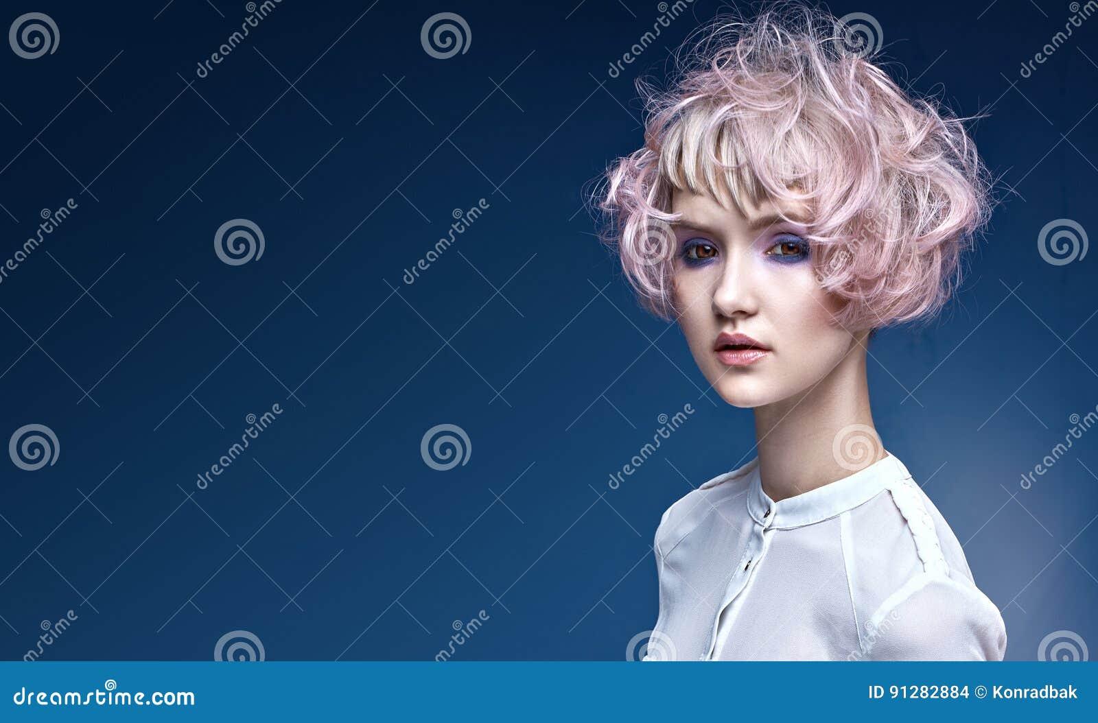 Stående av en ung dam med en special frisyr