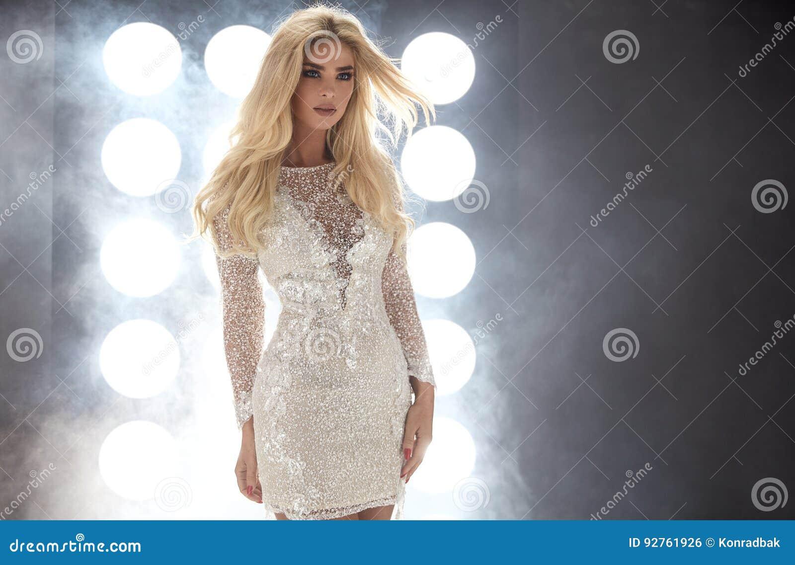 Stående av en ung förtjusande dam på en klubbaetapp