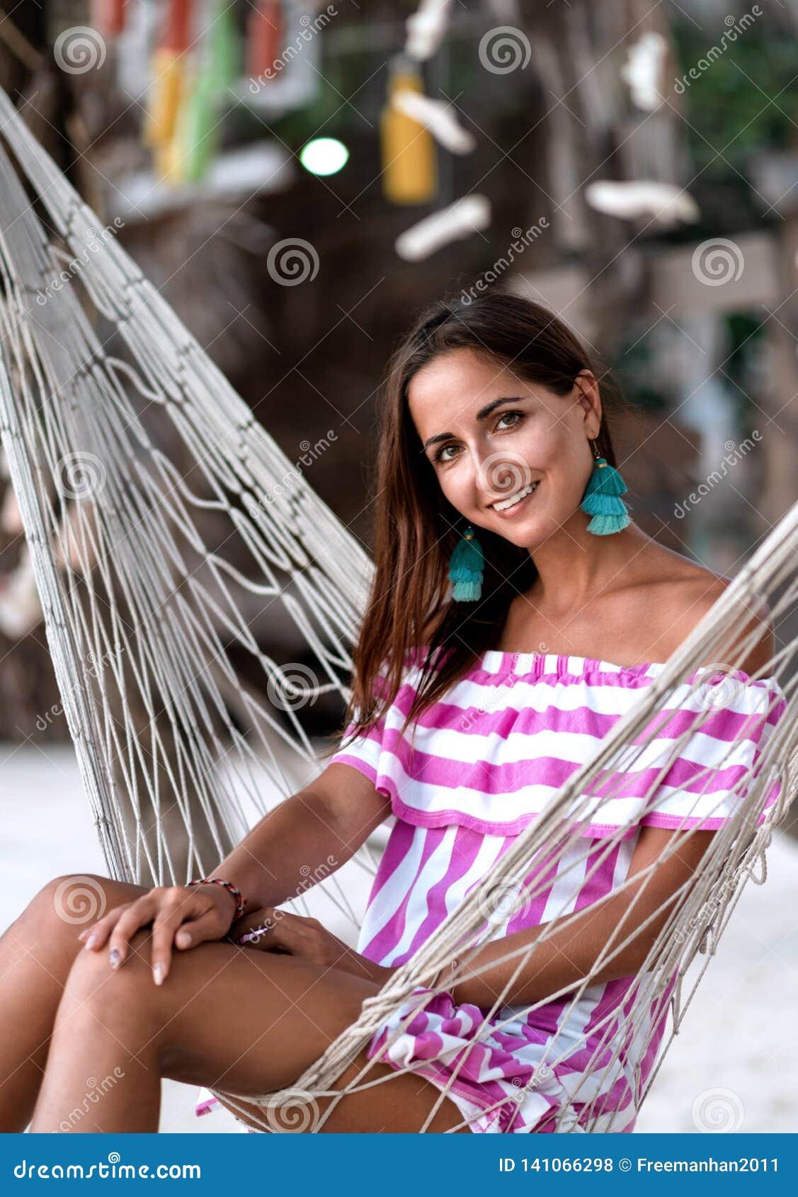 Stående av en ung flicka i en hängmattanärbild