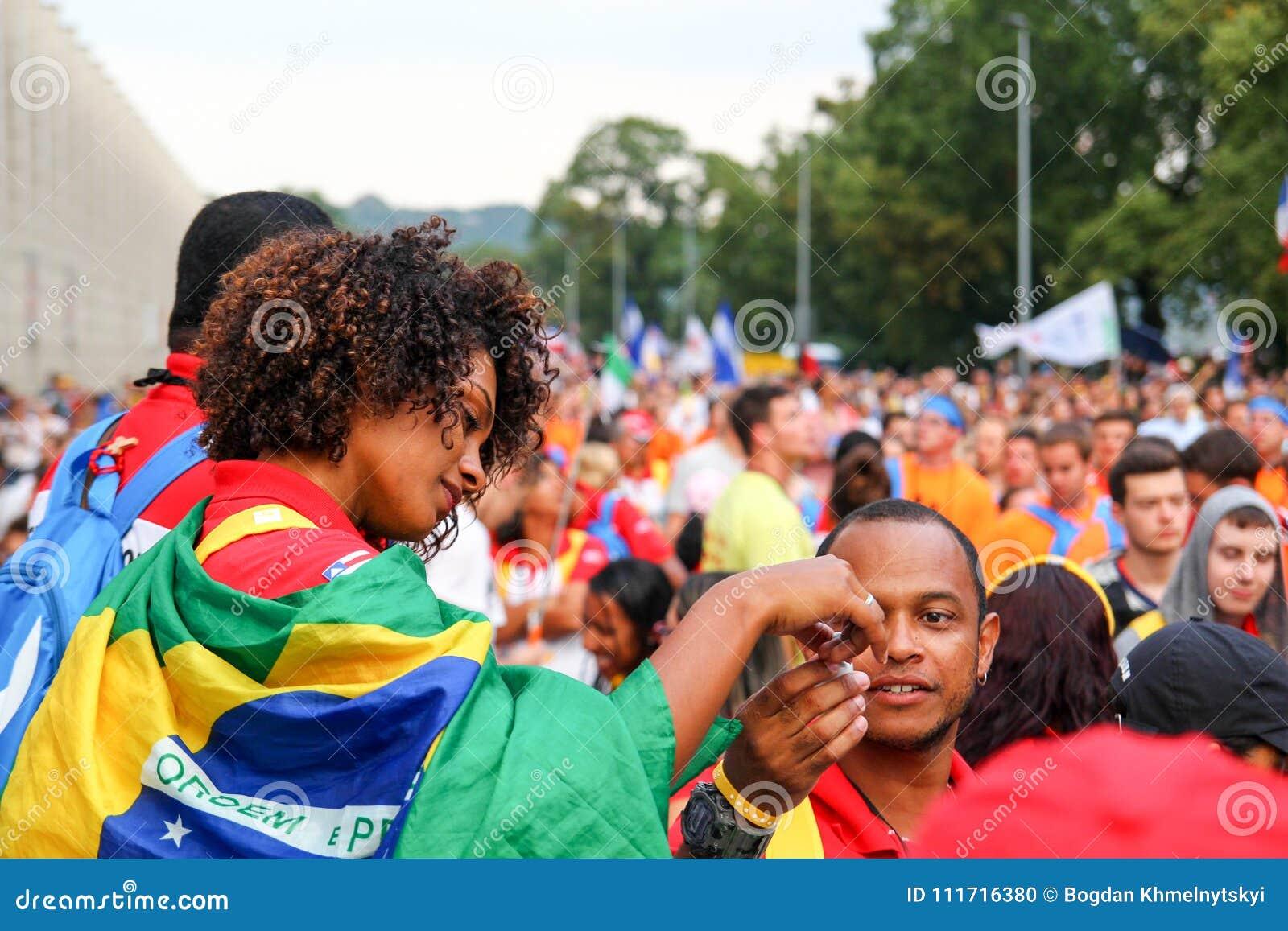 Stående av en ung flicka som döljas i flaggan av Brasilien eps-mappen grupperas varje beståndsdel separat