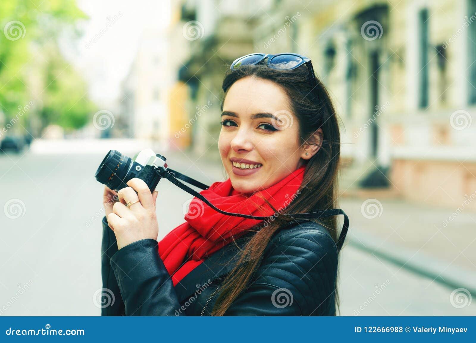 Stående av en ung kvinna på en gå till och med gatorna av staden
