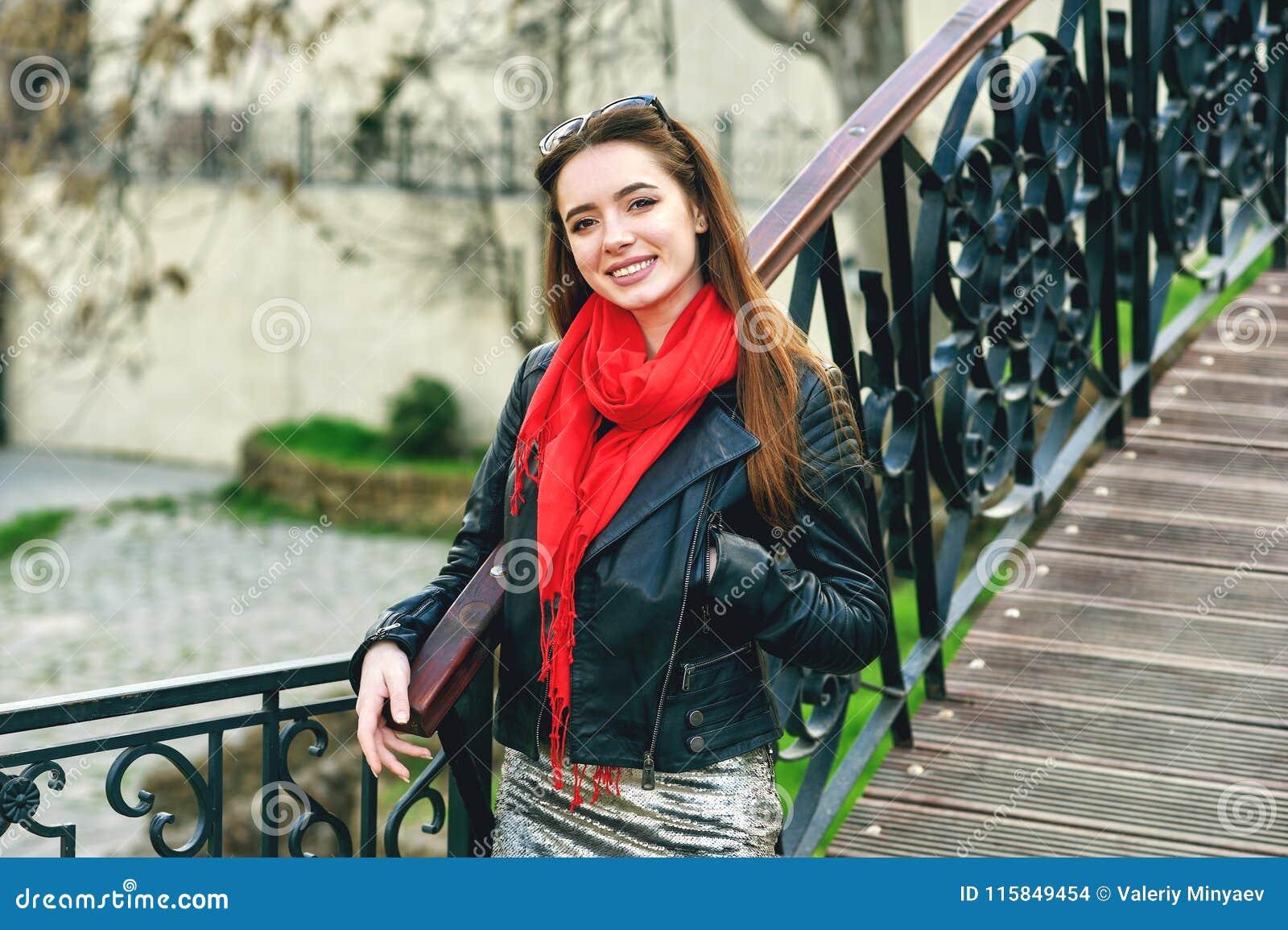 Stående av en ung kvinna på en stadsgata