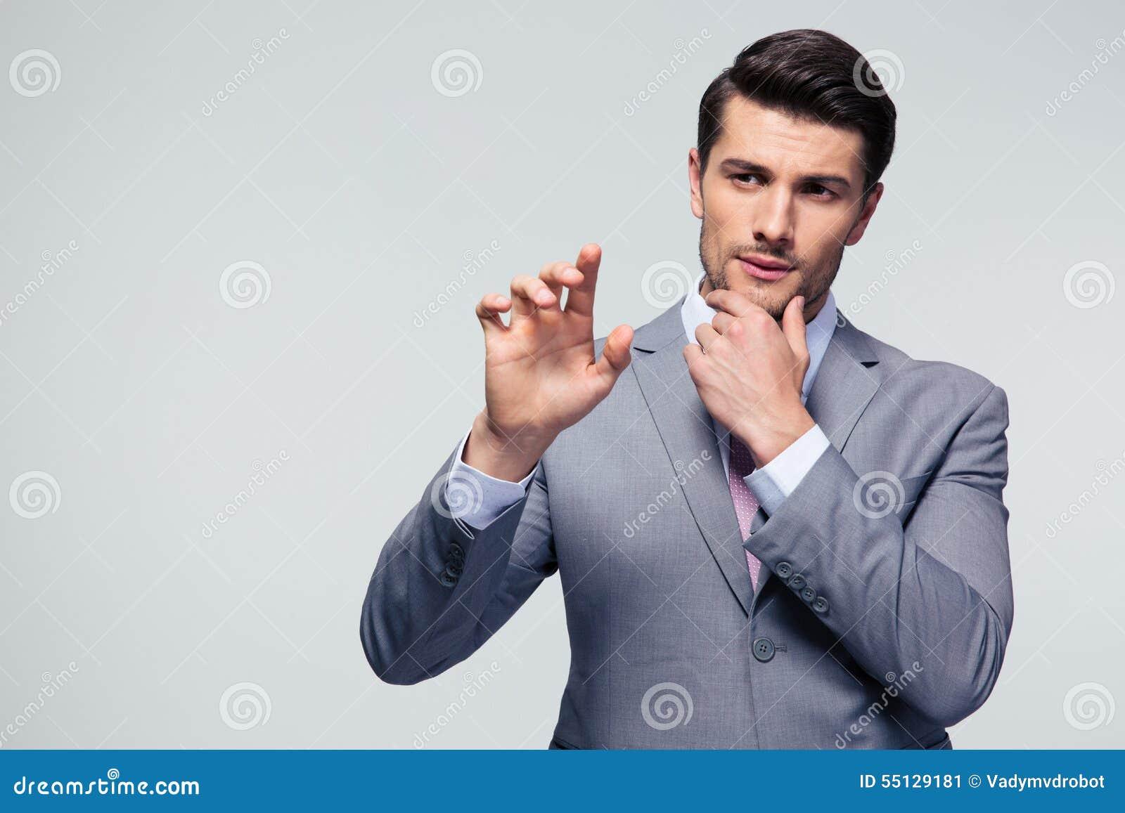 Stående av en ung man för mode i solglasögon