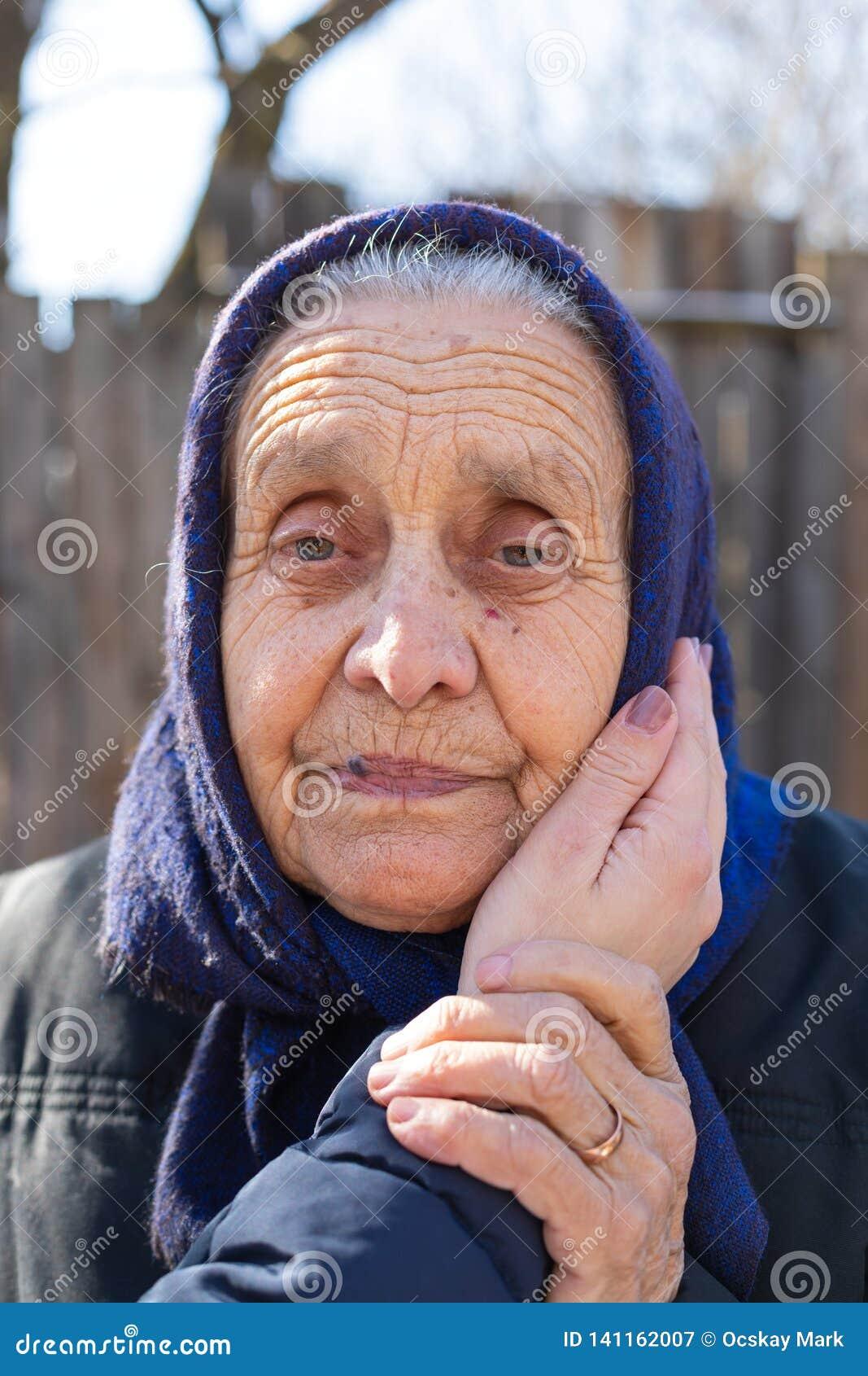 Stående av en utomhus- äldre kvinna