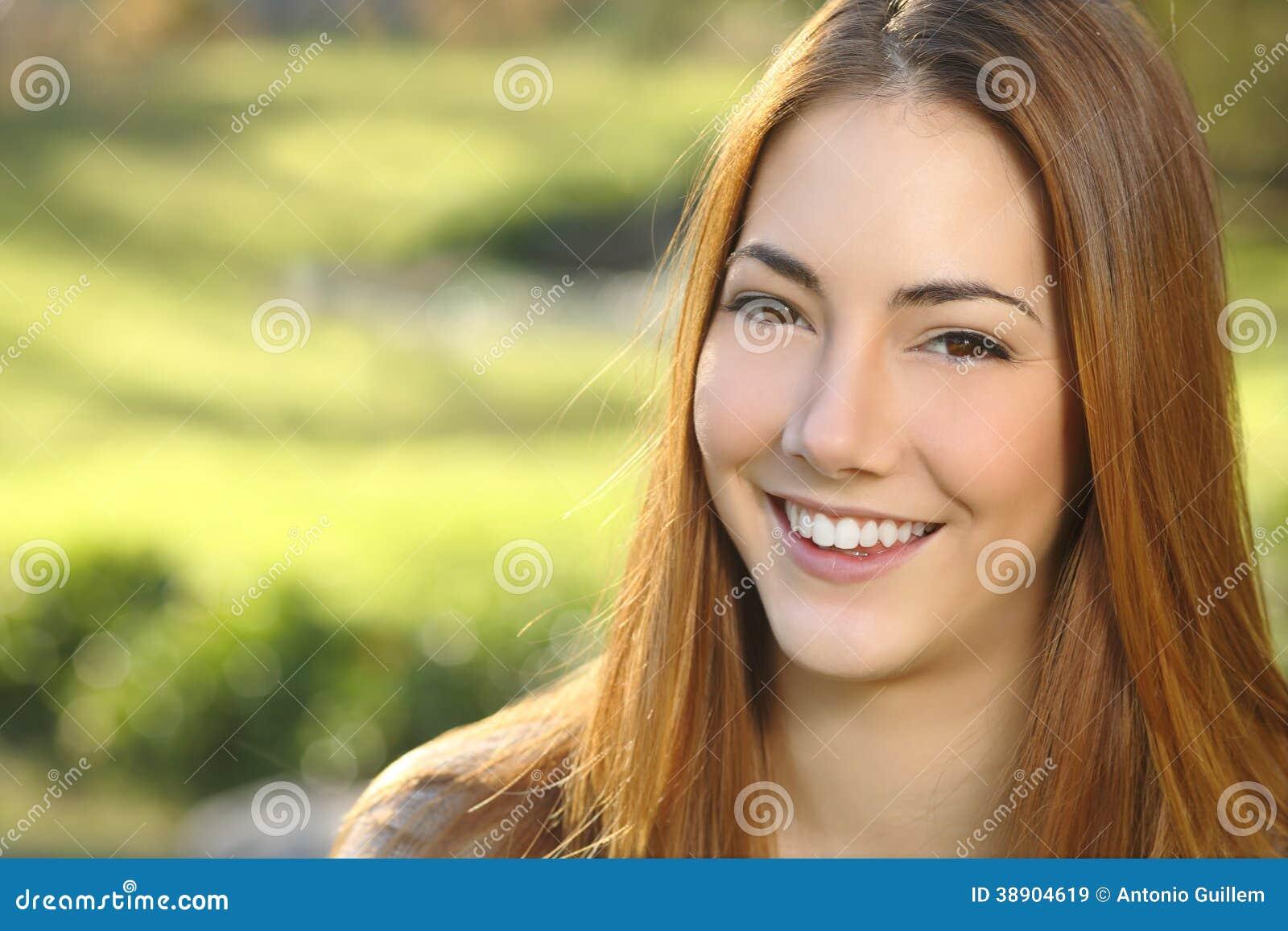 Stående av en vit leendetandvård för kvinna
