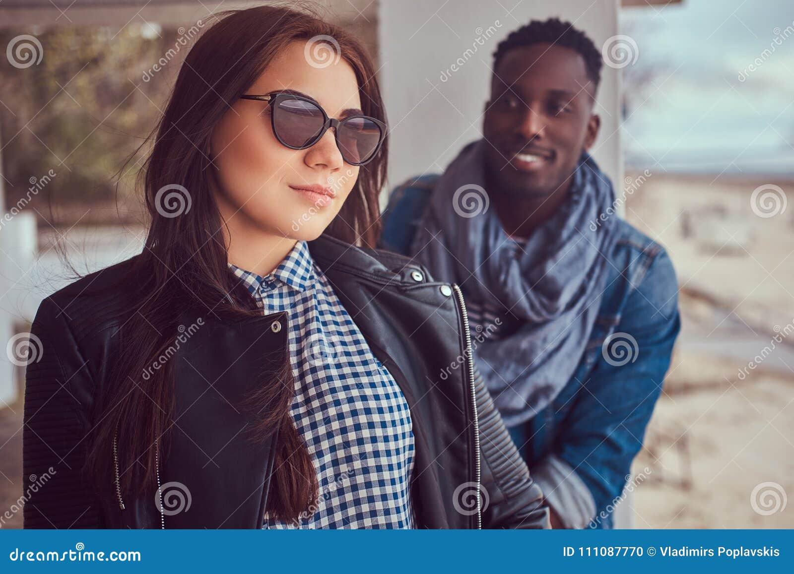 Stående av ett attraktivt stilfullt par Afrikansk amerikangrabb w