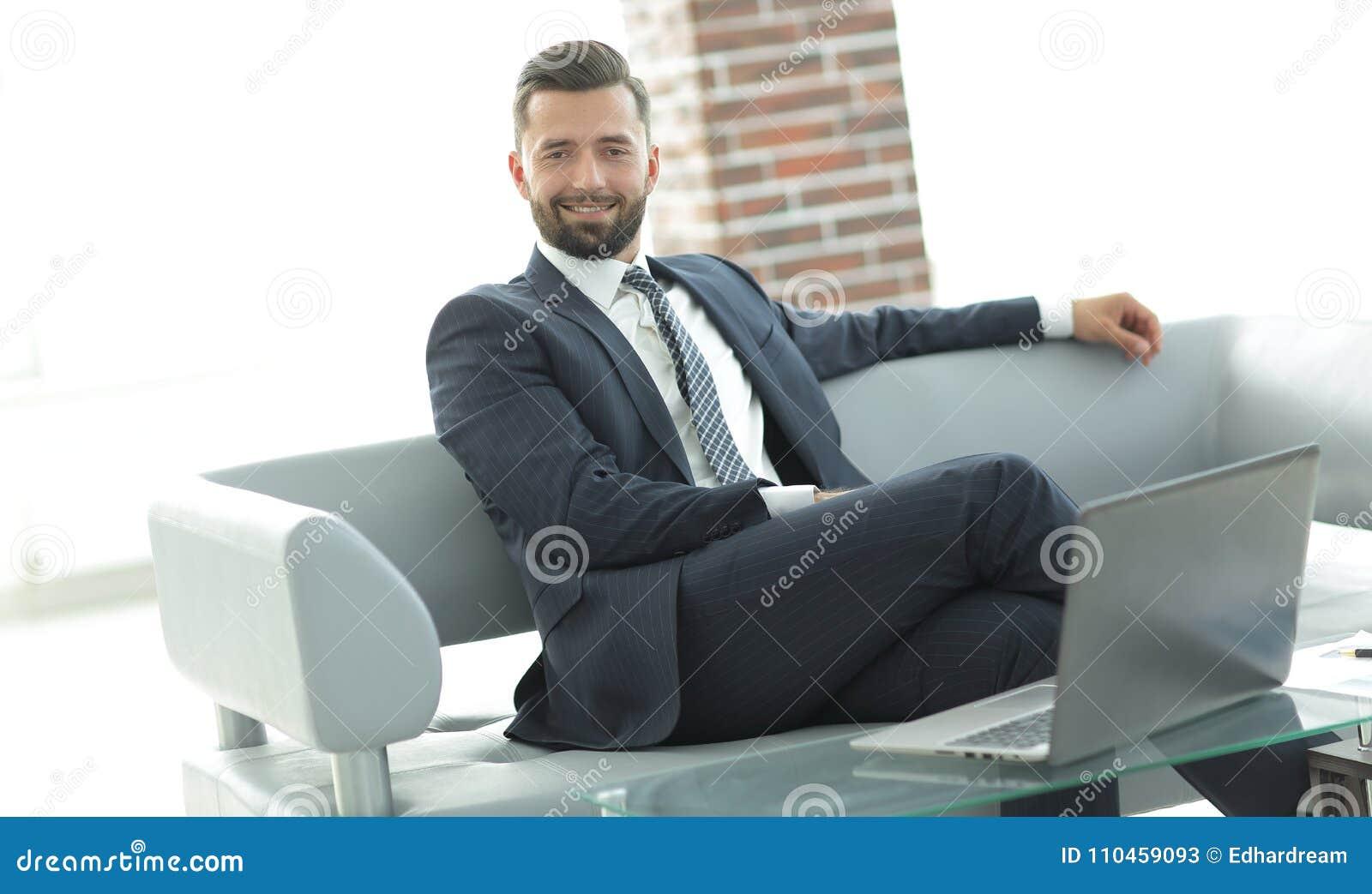 Stående av ett lyckat affärsmansammanträde i kontorslobbyen