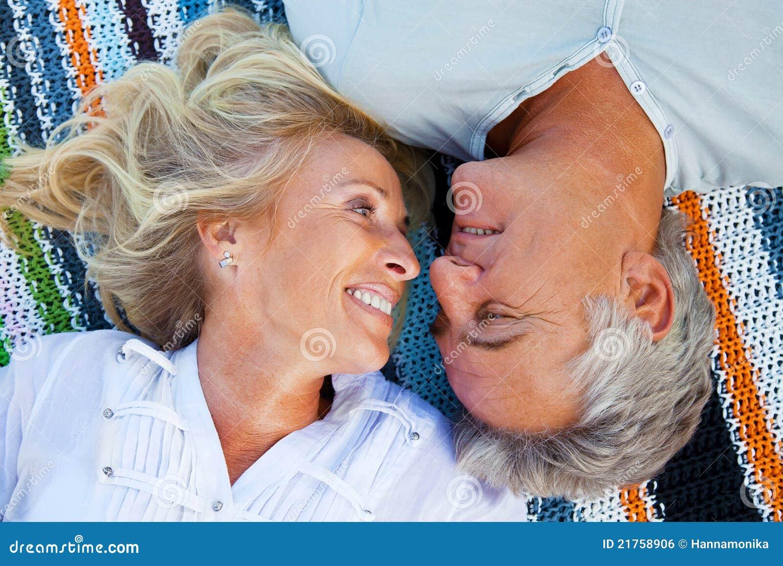 Stående av ett lyckligt romantiskt par